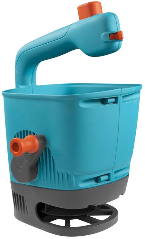Разбрасыватель-сеялка Gardena подходит для распределения семян, удобрений и соли. Идеально подойдет для малых и средних газонов и домашнего садоводства. Объём 1,8 литров. Ширина разбрасывания 1 - 4 метра. Благодаря удобной ручке привода использовать её одно удовольствие. Рекомендованная площадь газона 100 квадратных метров, 4 уровня регулировки разбрасывания на рукоятке. Компактное хранение на полке, моется водой.  Изготовлена из устойчивого к коррозии и ударопрочного высококачественного пластика. Возможность использования круглый год. примерная вместительность: удобрение - 1,65 кг, дорожная соль - 2 кг, семена - 1 кг.