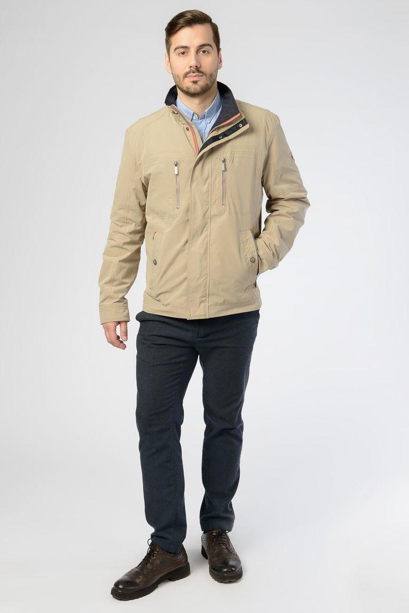 Куртка мужская Vizani, цвет: бежевый. V-18035_20. Размер 46V-18035_20Легкая мужская куртка от Vizani выполнена из плотного хлопкового материала с добавлением полиэстера. Модель с длинными рукавами и воротником-стойкой застегивается на молнию и имеет ветрозащитный клапан на кнопках. Куртка дополнена множеством карманов, в том числе и внутренних.