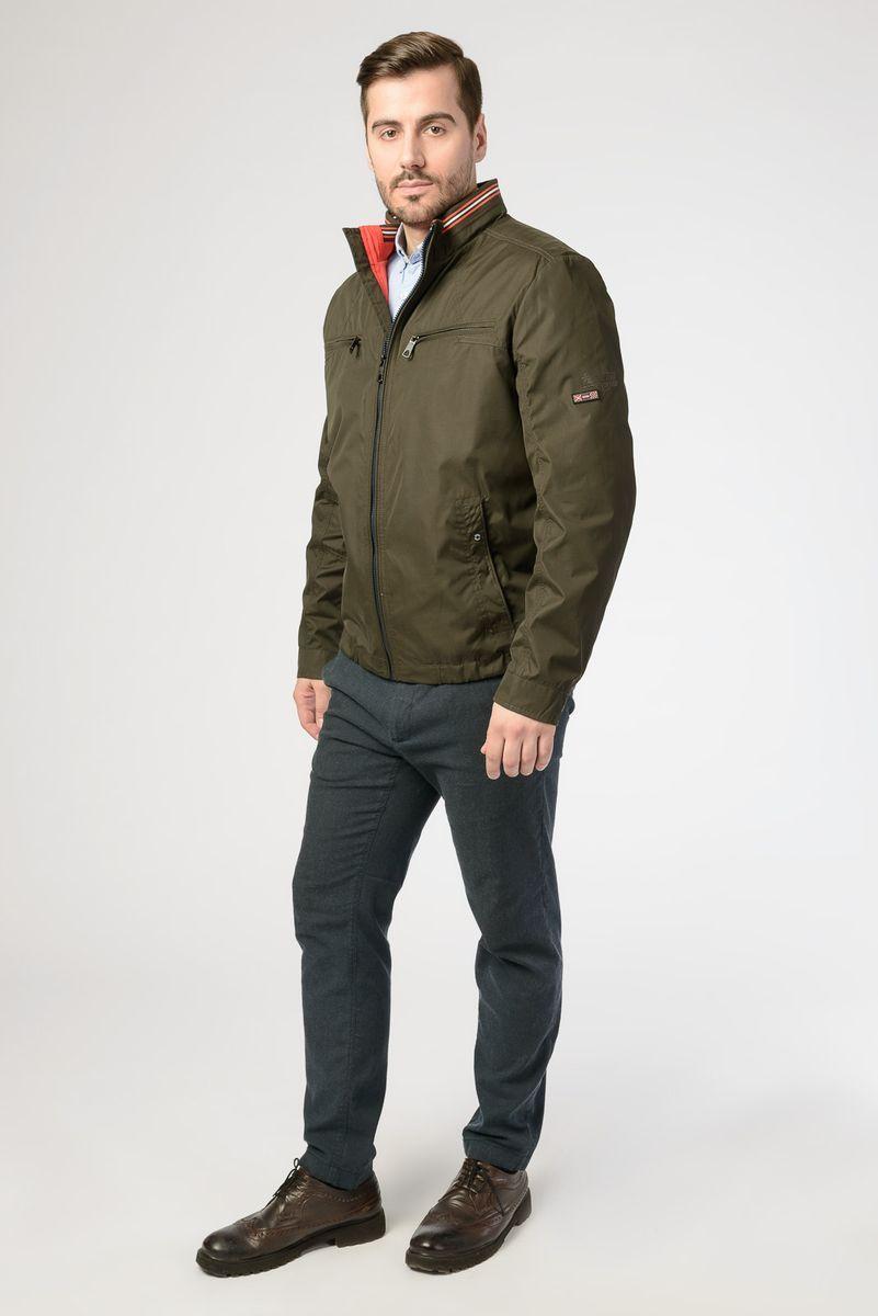 Куртка мужская Vizani, цвет: зеленый. VW18-909_21-2/KHAKI. Размер 52VW18-909_21-2/KHAKIЛегкая мужская куртка от Vizani выполнена из полиэстера с добавлением хлопка. Модель с длинными рукавами и воротником-стойкой застегивается на молнию, по бокам и на груди дополнена карманами.