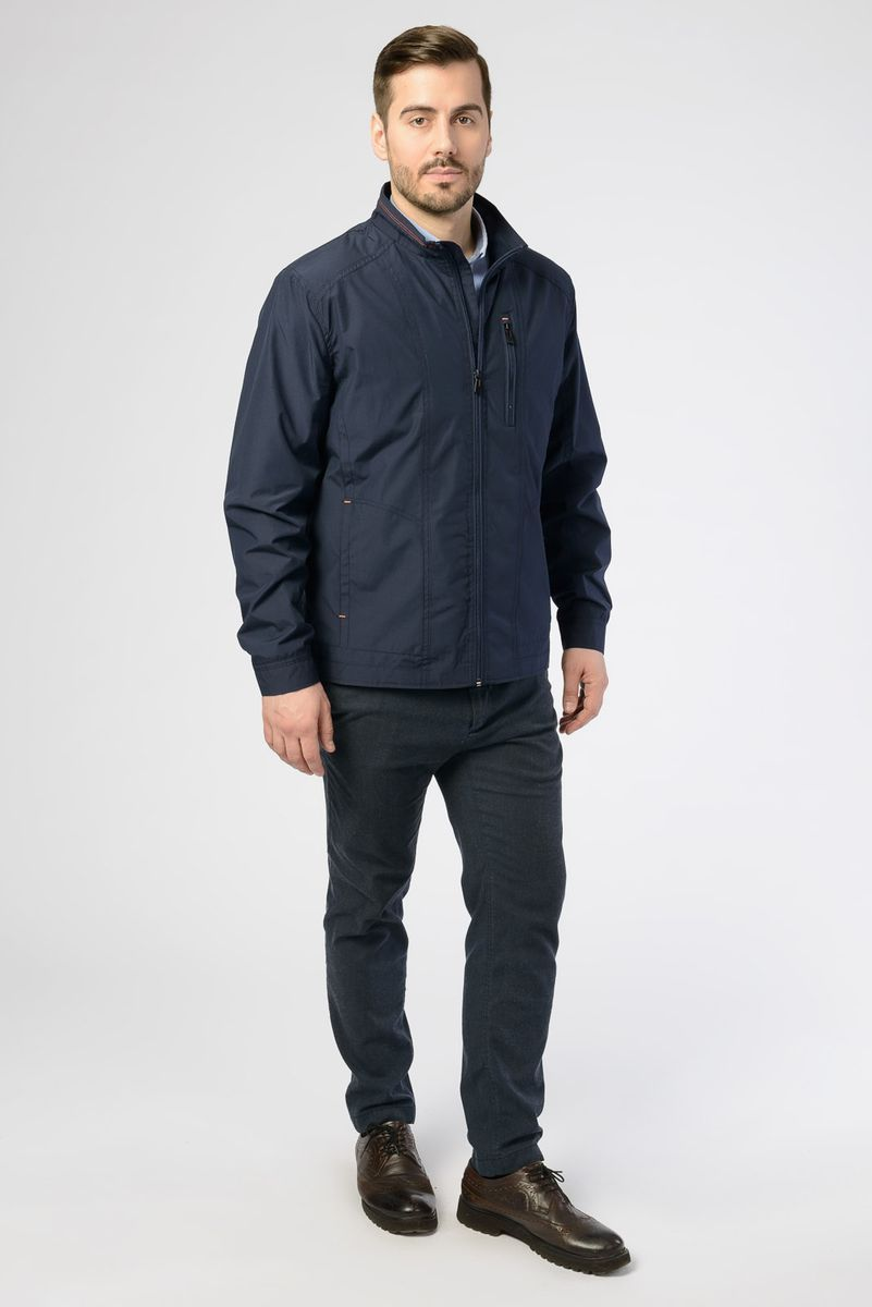 Куртка мужская Vizani, цвет: темно-синий. V-17051_96. Размер 48V-17051_96Легкая мужская куртка от Vizani выполнена из полиэстера с добавлением хлопка. Модель с длинными рукавами и воротником-стойкой застегивается на молнию, по бокам и на груди дополнена карманами.
