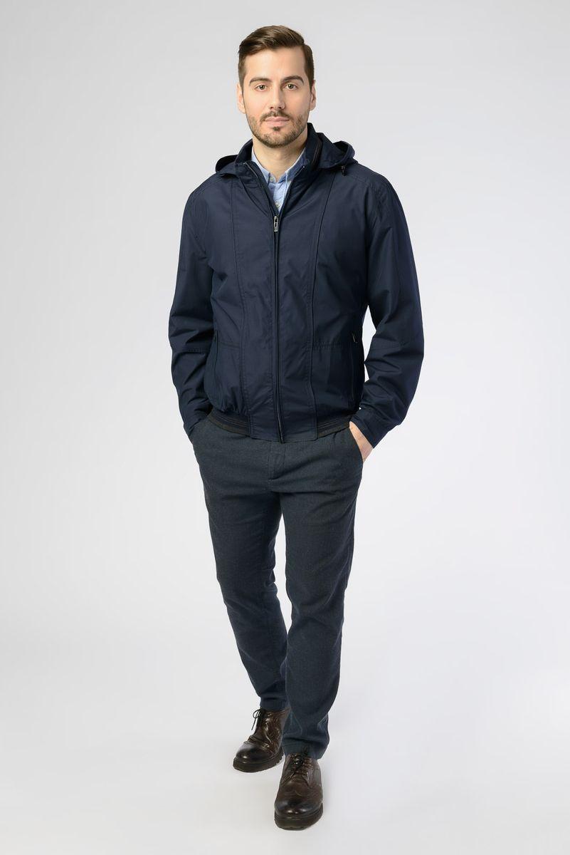Куртка мужская Vizani, цвет: темно-синий. V-17052_96. Размер 52V-17052_96Легкая мужская куртка от Vizani выполнена из полиэстера с добавлением хлопка. Модель с длинными рукавами, съемным капюшоном и воротником-стойкой застегивается на молнию, по бокам дополнена карманами на молниях.