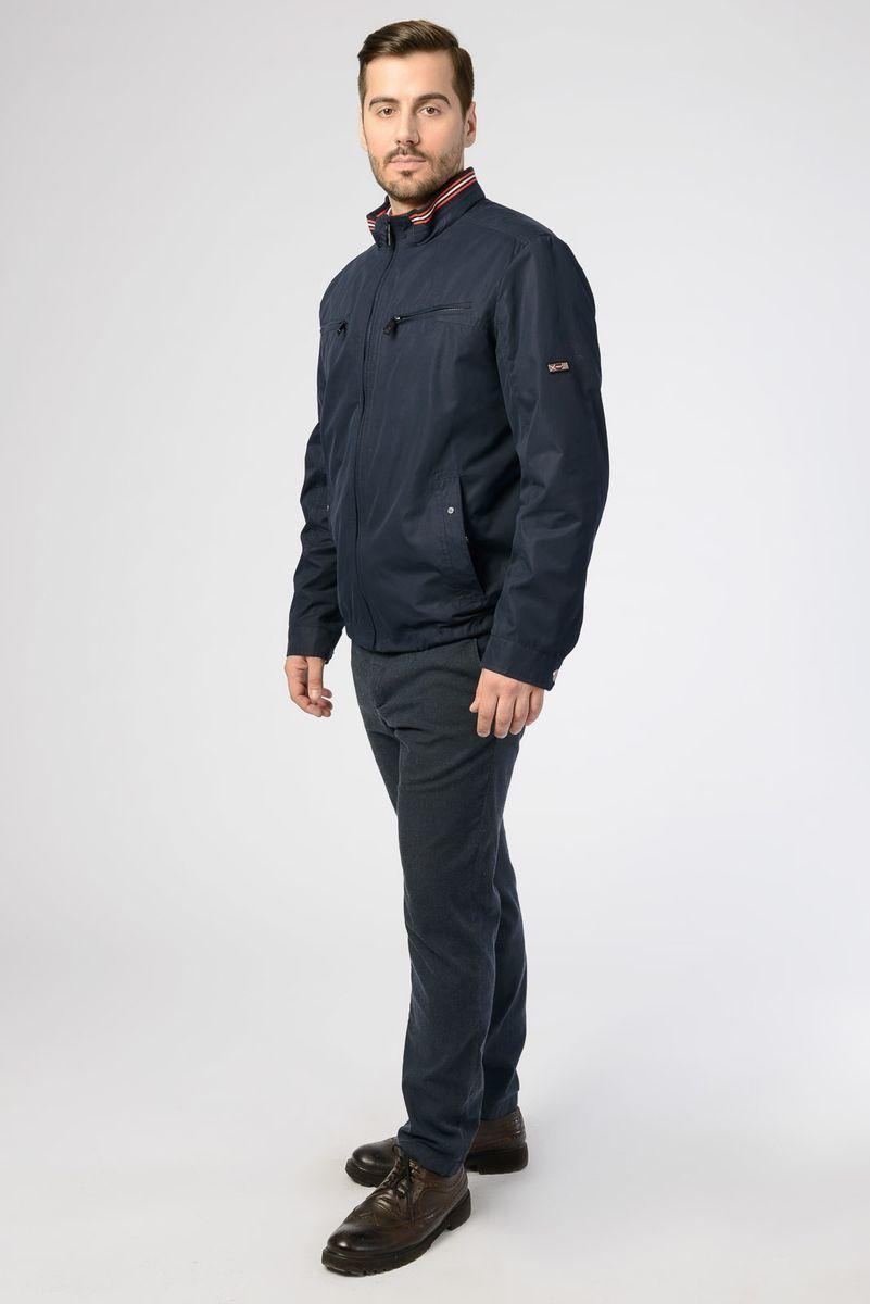 Куртка мужская Vizani, цвет: темно-синий. VW18-909_2/NAVY. Размер 54VW18-909_2/NAVYЛегкая мужская куртка от Vizani выполнена из полиэстера с добавлением хлопка. Модель с длинными рукавами и воротником-стойкой застегивается на молнию, по бокам и на груди дополнена карманами.