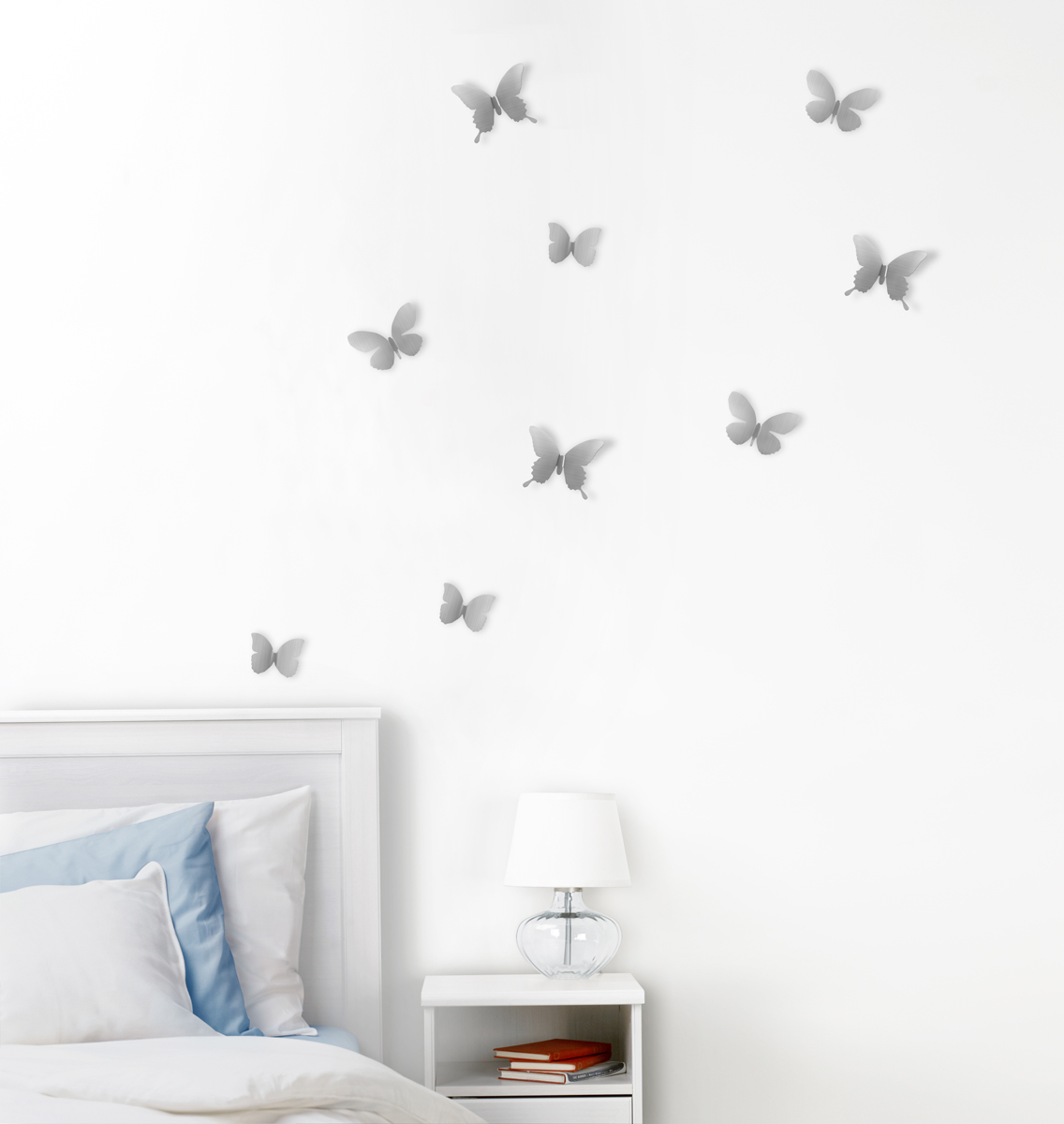 Добавьте интерьеру весеннего настроения! Набор из 9 летящих бабочек добавит комнате легкости и превратит любую скучную стену в уникально декорированное пространство. Идеально подойдет для украшения спальни, гостиной или детской комнаты.Крепятся бабочки на специальный двусторонний скотч, который не оставляет следов на стене (идет в комплекте). Три размера: от самой маленькой бабочки 5 х 6 х 1 см до 9 х 10 х 3 см.