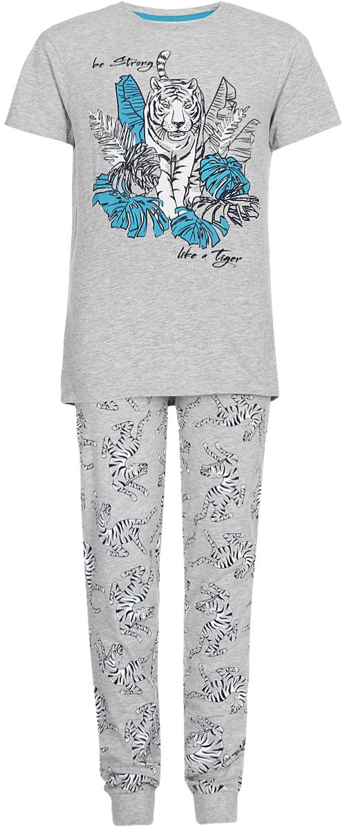 Пижама для мальчика Sela, цвет: серый. PYb-7862/3175-8102ST. Размер 128/134PYb-7862/3175-8102STПижама от Sela, состоящая из футболки и брюк, выполнена из эластичного хлопкового трикотажа с добавлением вискозы. Футболка с короткими рукавами и круглым вырезом горловины спереди оформлена принтом. Брюки с эластичной резинкой на талии.