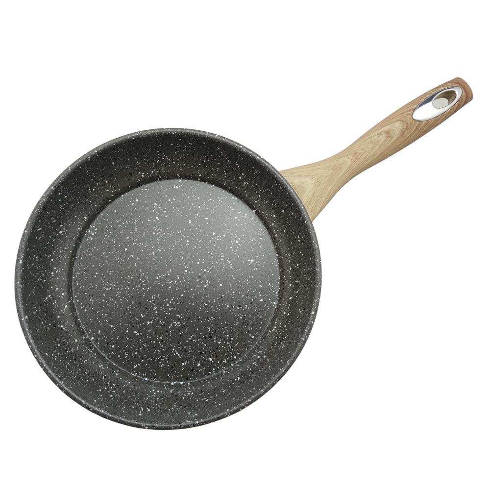 Антипригарное мраморное покрытие. Жаростойкое внешнее покрытие. Материал:  углеродистая сталь. Удобная эргономичная ручка. Подходит для всех видов плит.  Размер: 22 х 4,5 см.  Диаметр: 22 см.