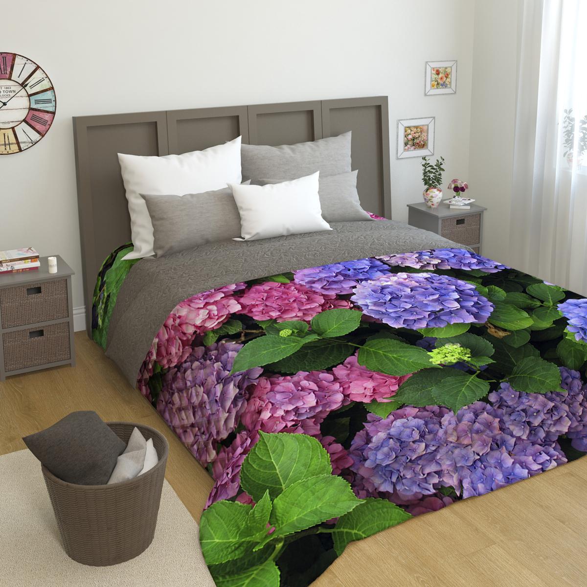 Покрывало стеганое Сирень Гортензии цветы, 200 х 220 смПКМК005-08375Стеганое покрывало Сирень - это правильный выбор для любой хозяйки. Стеганые покрывала выгодно преобразят дизайн любого интерьера спальни. При изготовлении используется плотная микрофибра. В сочетании со стильным и четким рисунком, созданным с помощью 3D фотопечати стеганые покрывала всегда будут отличным приобретением для Вашей спальни и подарком для друзей и близких! Рисунок стежки выполнен современным способом Ультрастэп (без использования ниток). Использование данного способа стежки защищает от миграции волокна во время стирки в деликатном режиме при температуре 30 градусов. Размер 200*220 (+/- 2см ) Наволочки в комплект не входят. Покрывало легко стирать при 30-40 градусов, гладить при 150 градусах, не отбеливать. Цвет покрывала в комплектации может немного отличаться от представленного на фото.