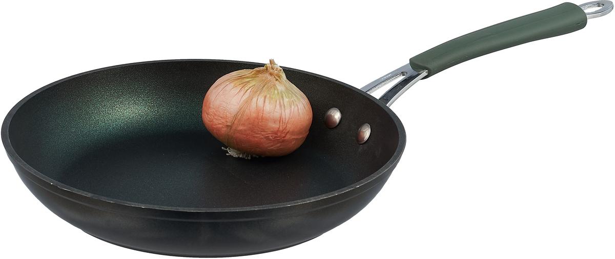 """Сковорода """"Travola"""" выполнена из прочного алюминия с антипригарным покрытием. Используемое  покрытие не содержит вредных для здоровья человека веществ, таких как свинец, кадмий и  PFOA. При соблюдении рабочих температур эксплуатации данное покрытие не вступает в  реакцию с пищей, что делает его абсолютно безопасным для приготовления любых блюд.   Ручка выполнена из качественного металла с силиконовым покрытием, благодаря чему не  нагревается, обеспечивая безопасное использование при приготовлении.  Сковорода """"Travola"""" разработана для использования как на традиционных типах плит (газовые,  электрические, стеклокерамические, галогеновые), так и на самых современных - индукционных.  Рекомендации:  Промойте водой перед первым применением.  Не используйте  металлические щетки для очистки.  Запрещено мыть в посудомоечной машине.  Длина ручки: 22 см."""