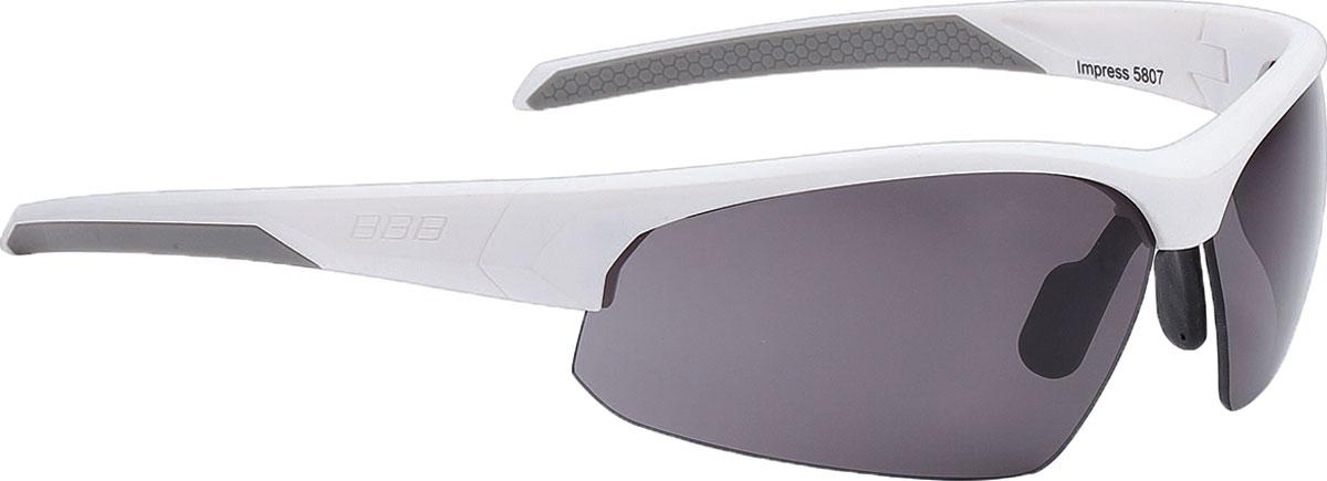 Очки солнцезащитные велосипедные BBB 2018 Impress PC Smoke Lenses, цвет: белыйBSG-58Спортивные очки современного стиля в легкой оправе. Сменные линзы из поликарбоната. Форма линзы обеспечивает защиту от солнца, пыли и ветра. 100% защита от ультрафиолета. Оправа из поликарбоната с настраиваемой переносицей. Чехол в комплекте. В комплекте сменные линзы: прозрачные и желтые.