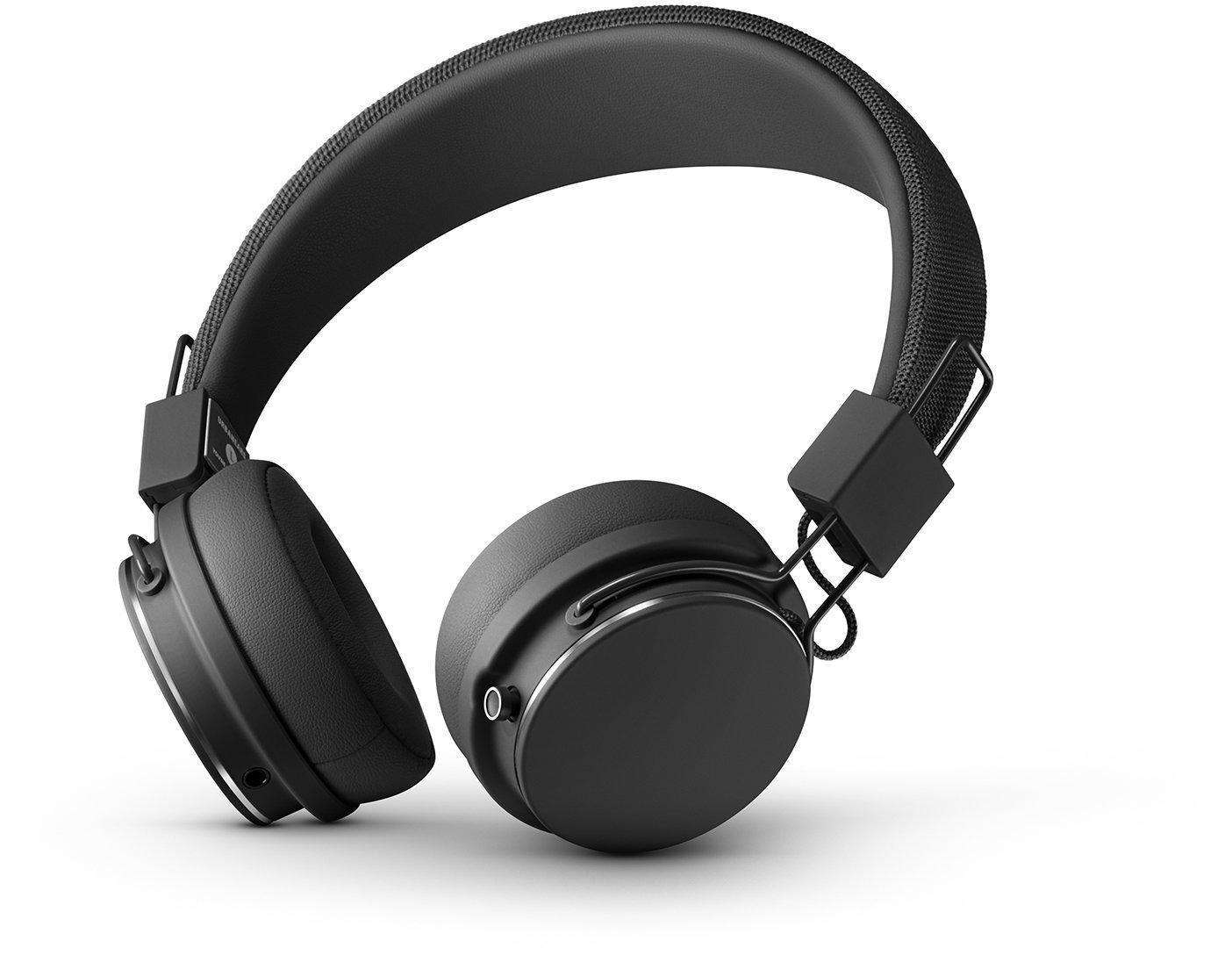 Urbanears Plattan 2 Bluetooth, Black наушники15119759PLATTAN 2 Bluetooth сочетает в себе канонический дизайн «Платанов» c 30+ часов беспроводного воспроизведения без ограничений. Четкое звучание полного спектра на дистанции до 10м и интуитивное управление одной кнопкой. Кроме того, модель отличает встроенный микрофон, эргономичная посадка, возможность поделиться музыкой благодаря ZoundPlug и складная конструкция, что позволит взять наушники с собой куда угодно. Экстра-гибкое оголовье адаптируется к форме головы. ZoundPlug - это разъем, позволяющий поделиться вашей музыкой с другом. Просто подключите его наушники к вашим Plattan 2 через свободный порт.