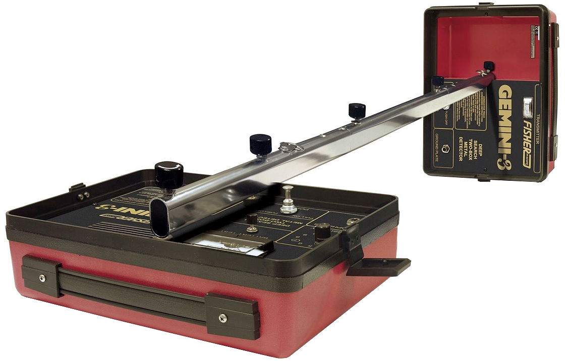 Металлоискатель Fisher Gemini 3GEMINI3Профессиональный глубинный металлоискатель Fisher GEMINI-3 – простой в освоении и очень удобный при транспортировке прибор. Приёмник и передатчик (катушки, рамки), в не присоединённом к штанге состоянии, соединяются между собой при помощи специальных защёлок и принимают вид небольшого чемоданчика. Штанга состоит из трёх секций и при необходимости складывается весьма компактно. Таким образом, в разобранном виде этот «глубинник» легко уместится в обычный рюкзак или туристическую сумку. Металлоискатель Gemini-3 смело можно отнести к уникальному прибору от Fisher, который позволяет осуществлять поиск в нескольких режимах, а также находить не только локальные предметы, но и протяженные. Кроме этого он может проводить трассировку и делать работу более эффективной на больших территориях. Стоит отметить, что слишком маленькие объекты из металла детектор просто игнорирует.Основные режимы работы металлоискателя Fisher Gemini-3: - Режим индукционного поиска имеет стандартную конфигурацию. Данная опция используется при поиске локальных объектов, независимо от типа металлов. Прибор будет обнаруживать только крупные предметы, полностью игнорируя мелкие находки. В основном данную функцию используют в быту для обнаружения трубопроводов, кабелей и рудных жил. Индукционный поиск осуществляется двумя операторами, которые расходятся примерно на расстоянии 12 метров. - Для обнаружения протяжных целей, а также определения изгибов и их смещений, используется индукционное слежение. Для того чтобы работать в этом режиме, оператор должен знать конечную точку объекта не смотря на то, что он еще находиться в земле. Перемещать при поиске следует только приемник и по его изменению сигнала можно точно определить место, где находиться цель. - Стоит отметить, что на глубину обнаружения может повлиять высокая минерализация почвы. Но ее с легкостью можно преодолеть, сделав правильные настройки детектора на грунт. Из этого видно, что Gemini-3 требует от оператора 