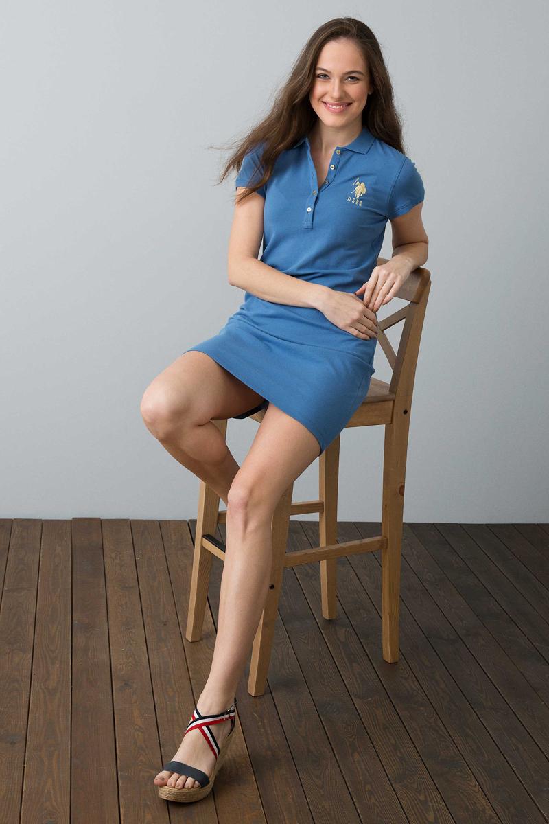 Платье женское U.S. Polo Assn., цвет: синий. G082SZ0750MTS02IY08-075_VR028. Размер S (44)G082SZ0750MTS02IY08-075_VR028Модное платье U.S. Polo Assn станет отличным дополнением к вашему гардеробу. Модель выполнена из натурального хлопка с добавлением эластана. Платье с короткими рукавами и отложным воротником, груди застегивается на пуговицы.
