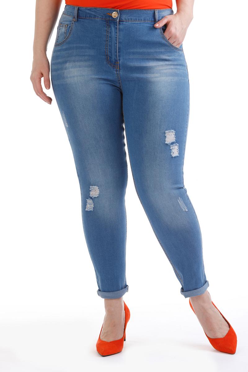 Брюки женские Averi, цвет: голубой. 1408. Размер 48 (52)1408Удобные, стильные и практичные джинсы. Сзади два накладных кармана, спереди два внутренних, застежка на молнию и пуговицу, шлевки для ремня, пояс по спинке с эластичной тесьмой, высокая посадка на талии. Ткань выполнена из высококачественного хлопка с добавлением эластана. Модель декорирована эффектом потертости и отстрочена цветной нитью.