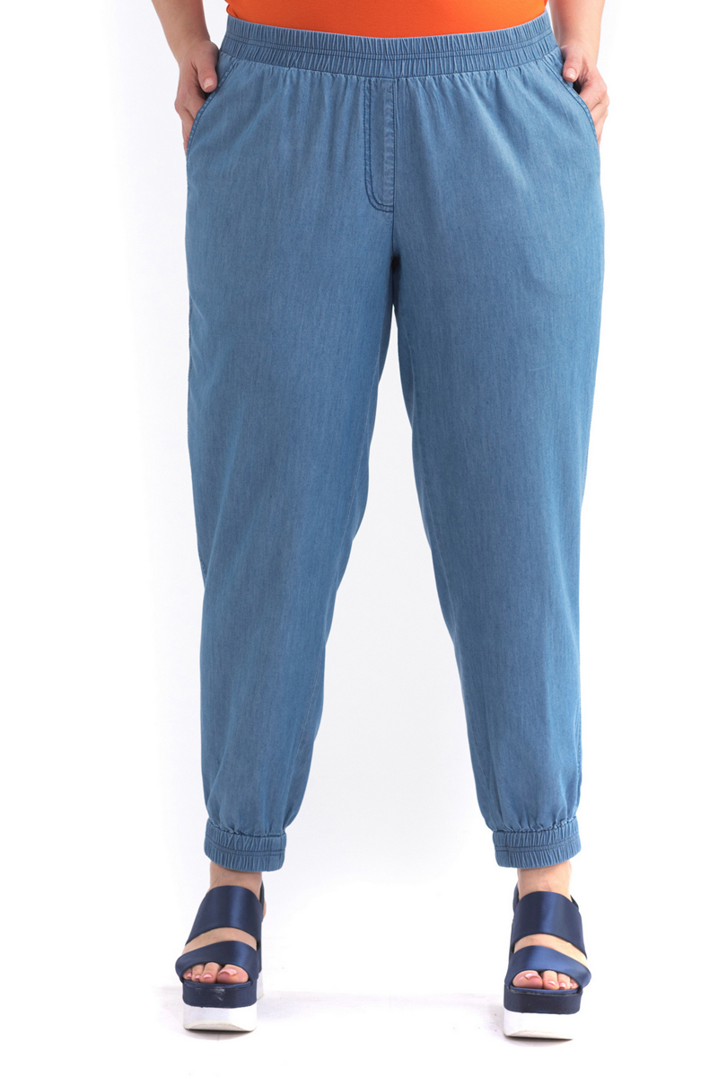 Брюки женские Averi, цвет: синий. 1412. Размер 52 (54)1412Легкие, свободные брюки из тонкого денима. Брюки без застежки, пояс с круговой эластичной тесьмой-резинкой для идеальной посадки. Сзади два накладных кармана, спереди классические брючные карманы. Цельнокроеные манжеты по низу брючин, присборенные на резинку, создают неформальный, игривый силуэт.