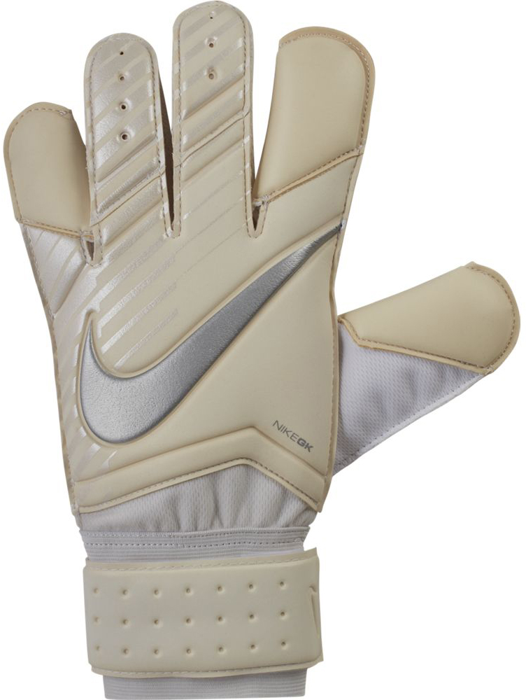 Перчатки вратарские Nike Grip3 Football Goalkeeper Gloves, цвет: бежевый, белый. Размер 11GS0342-100Unisex Nike Grip3 Football Goalkeeper Gloves Вратарские перчатки унисекс Nike Grip3 из липкого пеноматериала смягчают нагрузку от мощных ударов и улучшают захват мяча. Анатомический крой и воздухопроницаемая конструкция обеспечивают комфорт во время тренировок и игр. Технология Grip3 в области пальцев усиливает захват и улучшает контроль мяча. Регулируемый пояс обеспечивает индивидуальную посадку. Вентилируемая конструкция улучшает воздухопроницаемость. Обновленный пеноматериал обеспечивает оптимальный захват мяча в любых погодных условиях. 66% ЛАТЕКС 28% ПОЛИЭСТЕР 5% НЕЙЛОН 1% ПОЛИУРЕТАН