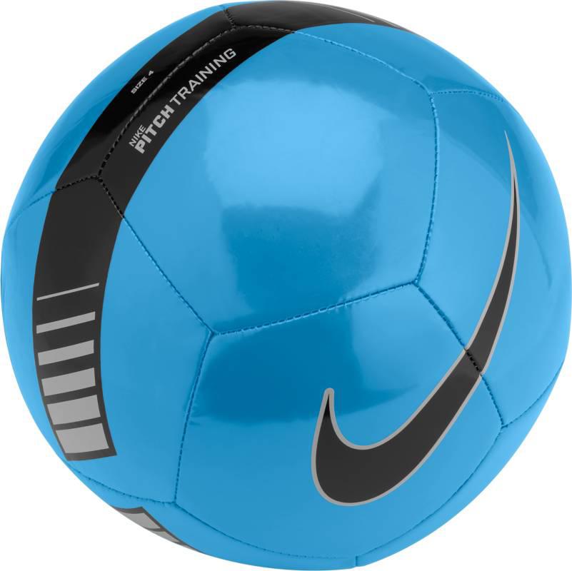 Мяч футбольный Nike Pitch Training Football, цвет: синий, черный. Размер 4SC3101-413Nike Pitch Training Football Футбольный мяч Nike Pitch с высококонтрастной графикой хорошо заметен во время игры и тренировок. Прочная упругая конструкция из 12 панелей обеспечивает точную траекторию полета мяча. Яркая графика упрощает слежение за траекторией полета мяча. Прочная и гладкая покрышка для длительной игры. Равномерное распределение нагрузки по 12 панелям. Резиновая камера лучше удерживает воздух и сохраняет форму продления срока службы мяча. 65% РЕЗИНА 15% ПОЛИУРЕТАН 13% ПОЛИЭСТЕР 7% EVA