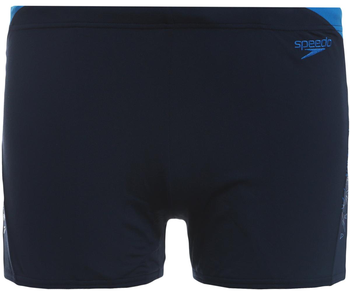 Плавки мужские Speedo Boom Spl Asht Am, цвет: темно-синий, голубой. 8-10855C289-C289. Размер 36 (46/48)8-10855C289-C289Спортивные плавки-шорты от Speedo с принтованными вставками, выполнены из ткани Endurance+, которая не содержит в своем составе эластомеров, тем самым являясь устойчивой к разрушительному воздействию хлора. Ткань тянется в четырех направлениях, что обеспечивает точность посадки и повышенный комфорт. Талия регулируется и обеспечивает дополнительную гарантию отличной посадки на фигуре. Длина бокового шва - 27 см. За счет технологичного материала модель поглощает меньше воды, поэтому она быстрее сохнет и дольше сохраняет свою форму. Ткань с фактором защиты от ультрафиолета UPF 50 блокирует вредное солнечное излучение.