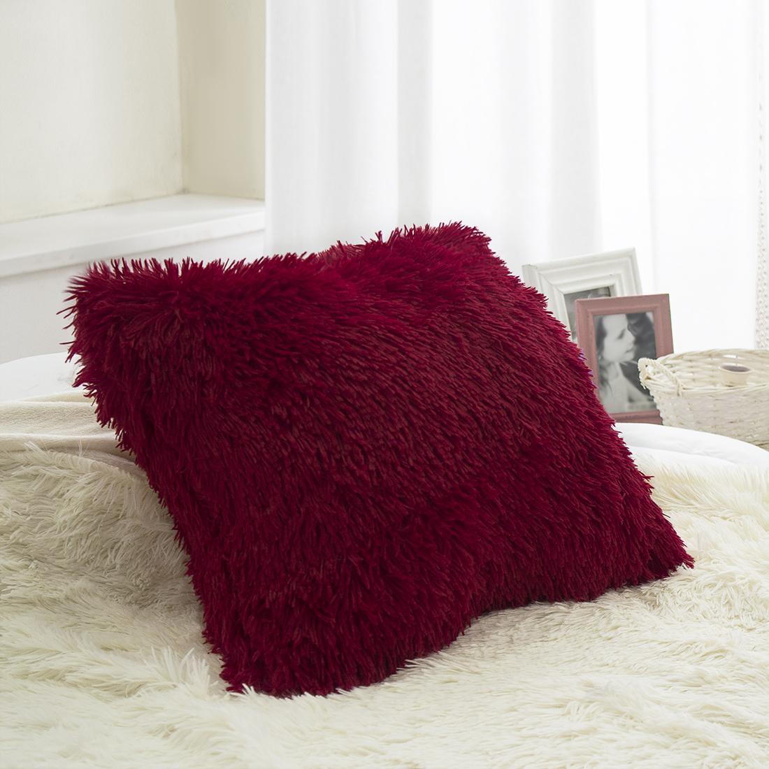 Наволочка декоративная Dome Taeppe, цвет: бордовый, 45x45 смdme330697Подушка из искусственного меха — настоящее украшение спальни и гостиной. Пара пушистых подушек создаст уют вокруг себя, они станут мягкой опорой для уставшей за день спины. Искусственный мех очень практичен: в отличие от меха натурального, подушку из искусственного меха можно стирать в машинке, а после стирки достаточно встряхнуть и расчесать, чтобы вернуть подушке вид пушистого облачка.