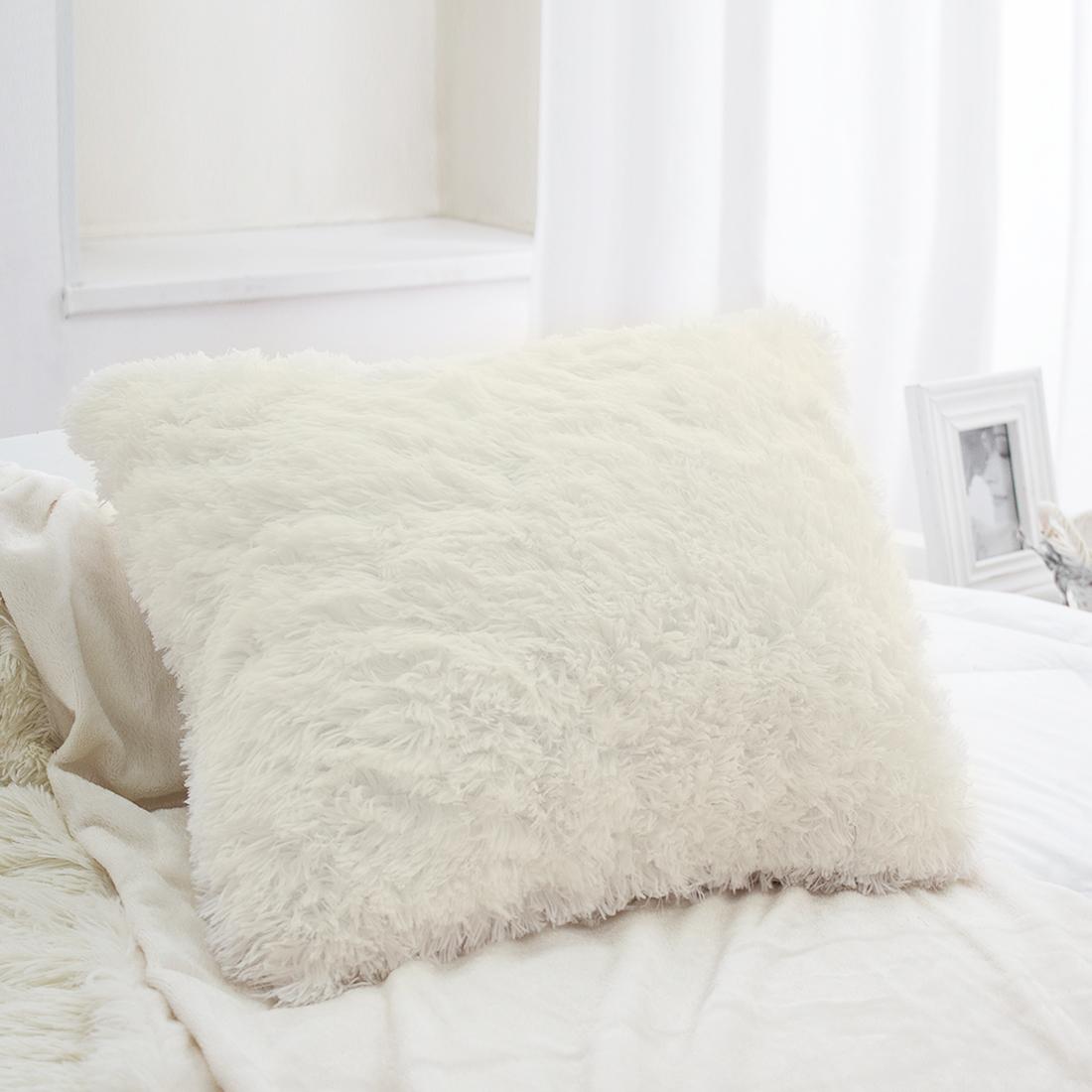 Наволочка декоративная Dome Taeppe, цвет: молочный, 45x45 смdme330711Подушка из искусственного меха — настоящее украшение спальни и гостиной. Пара пушистых подушек создаст уют вокруг себя, они станут мягкой опорой для уставшей за день спины. Искусственный мех очень практичен: в отличие от меха натурального, подушку из искусственного меха можно стирать в машинке, а после стирки достаточно встряхнуть и расчесать, чтобы вернуть подушке вид пушистого облачка.