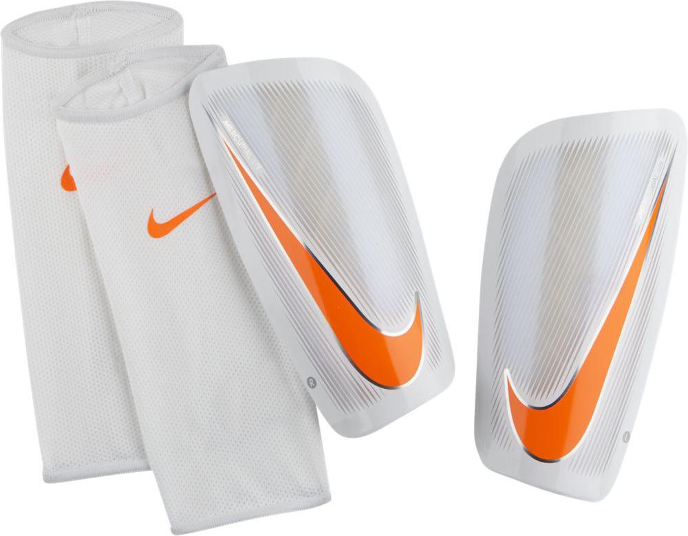 Щитки футбольные Nike Mercurial Lite Shin Guards, цвет: белый, оранжевый. Размер XSSP2086-103Nike Mercurial Lite Shin Guards Футбольные щитки Nike Mercurial Lite сочетают в себе непревзойденную тонкую конструкцию, превосходную амортизацию и защиту от ударных нагрузок для оптимальной функциональности, которая соответствует требованиям профессиональной игры. Низкопрофильная конструкция защищает от трения, не натирая кожу. Анатомическая конструкция повторяет контуры голени для зональной амортизации. К надежному защитному элементу прилегает плотная оболочка из пеноматериала, которая поглощает удары. 69% K resin 31% EVA.