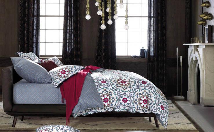 Комплект постельного белья Tango Seara, 2-спальный, наволочки 70x70, цвет: серый, бордовыйtan219937Сатин средней плотности – золотая середина среди сатинового постельного белья. Он достаточно плотный, долго не изнашивается, но стоит дешевле сатина повышенной плотности. Комплект из сатина не блестит как шелк, но приятен на ощупь и довольно мягкий. Краска на этой ткани держится очень хорошо: новое белье не полиняет и со временем не станет выцветать.