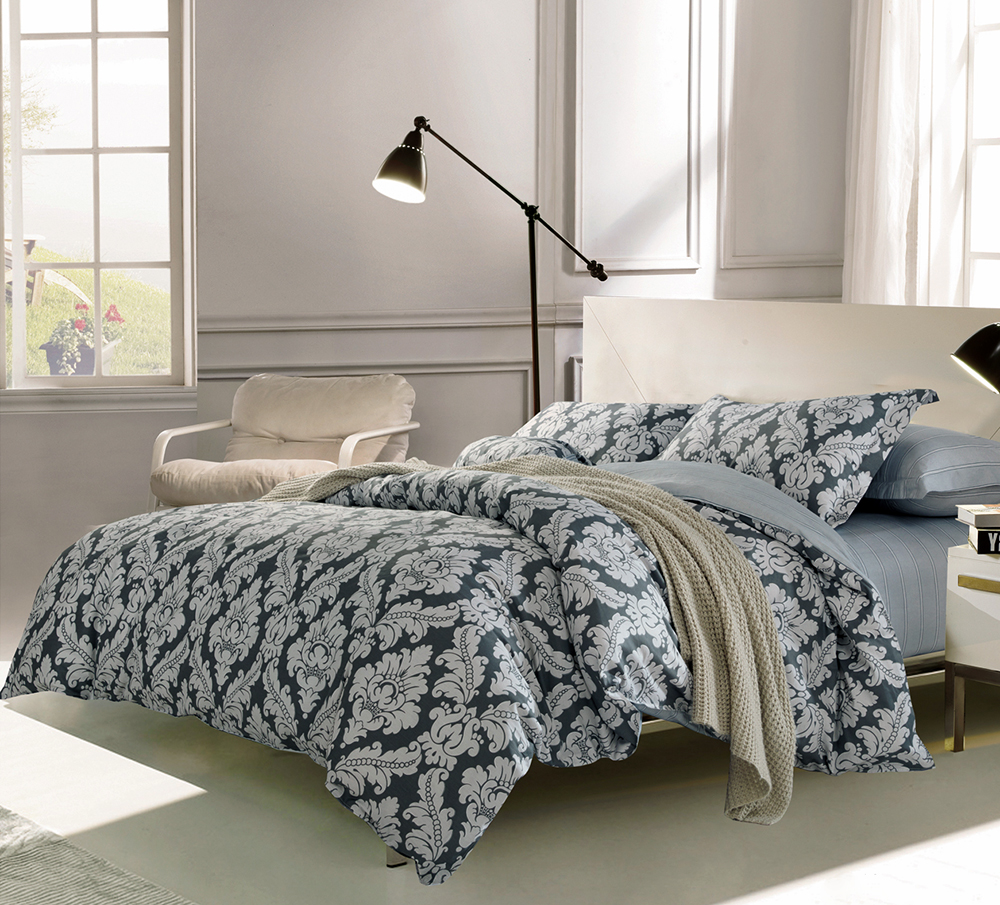 Комплект постельного белья Tango Violet, 1,5-спальный, наволочки 50x70, цвет: серый, синийtan240272Наволочки с декоративным кантом особенно подойдут, если вы предпочитаете класть подушки поверх покрывала. Кайма шириной 5-10 см с трех или четырех сторон делает подушки визуально более объемными, смотрятся они очень аккуратно, даже парадно. Еще такие наволочки называют оксфордскими или наволочками «с ушками».Сатин средней плотности – золотая середина среди сатинового постельного белья. Он достаточно плотный, долго не изнашивается, но стоит дешевле сатина повышенной плотности. Комплект из сатина не блестит как шелк, но приятен на ощупь и довольно мягкий. Краска на этой ткани держится очень хорошо: новое белье не полиняет и со временем не станет выцветать.