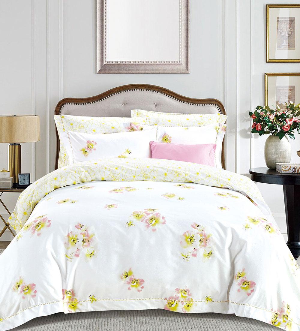 Комплект постельного белья Tango Sharlene, евро, наволочки 50x70, цвет: желтый, белыйtan292356Сатин средней плотности – золотая середина среди сатинового постельного белья. Он достаточно плотный, долго не изнашивается, но стоит дешевле сатина повышенной плотности. Комплект из сатина не блестит как шелк, но приятен на ощупь и довольно мягкий. Краска на этой ткани держится очень хорошо: новое белье не полиняет и со временем не станет выцветать.