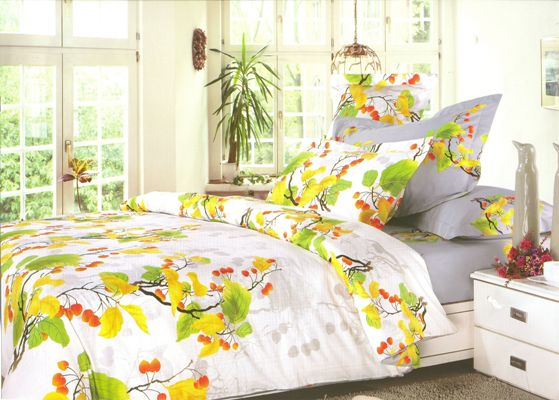 Комплект постельного белья СайлиД Michelle, евро, наволочки 50x70, цвет: зеленый, белый, желтый, серыйsail10780Наволочки с декоративным кантом особенно подойдут, если вы предпочитаете класть подушки поверх покрывала. Кайма шириной 5-10 см с трех или четырех сторон делает подушки визуально более объемными, смотрятся они очень аккуратно, даже парадно. Еще такие наволочки называют оксфордскими или наволочками «с ушками».Жаккард – это ткань с уникальным рисунком, который создают на специальном станке. Из-за сложного плетения эта ткань довольно жесткая, поэтому используют ее только для верхней стороны пододеяльника и наволочек. Хлопковый жаккард соединяет в себе все плюсы натуральной ткани и сложного плетения: хорошо впитывает влагу, «дышит», долговечен и прочнее любой ткани, кроме натурального шелка.Сатин средней плотности – золотая середина среди сатинового постельного белья. Он достаточно плотный, долго не изнашивается, но стоит дешевле сатина повышенной плотности. Комплект из сатина не блестит как шелк, но приятен на ощупь и довольно мягкий. Краска на этой ткани держится очень хорошо: новое белье не полиняет и со временем не станет выцветать.