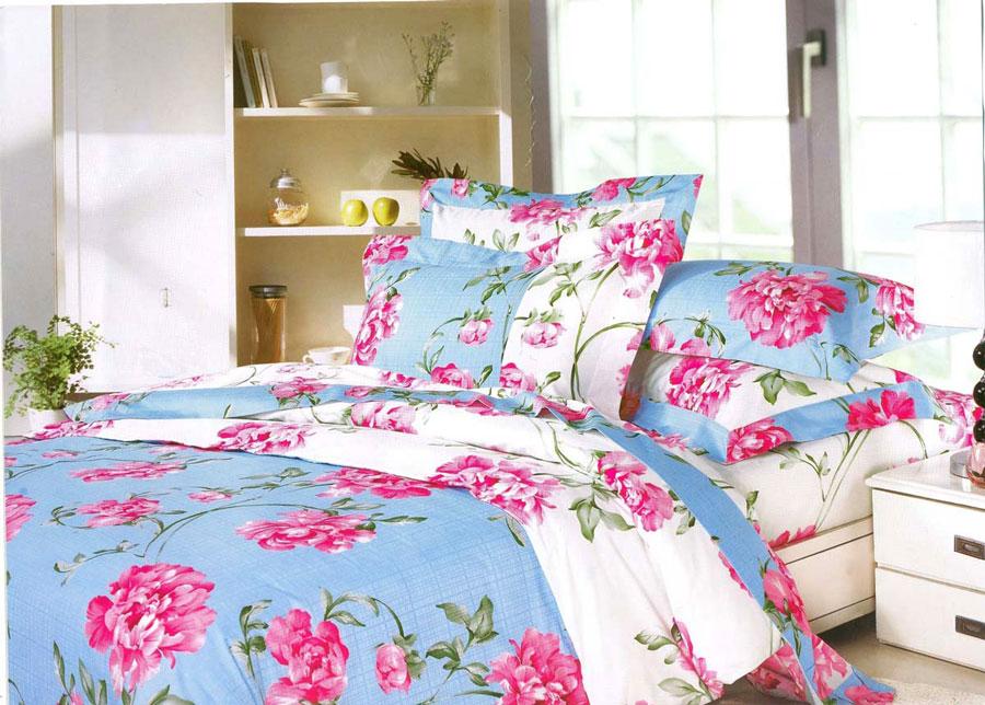 Комплект постельного белья СайлиД Mikayla, евро, наволочки 50x70, цвет: голубой, розовыйsail10781Наволочки с декоративным кантом особенно подойдут, если вы предпочитаете класть подушки поверх покрывала. Кайма шириной 5-10 см с трех или четырех сторон делает подушки визуально более объемными, смотрятся они очень аккуратно, даже парадно. Еще такие наволочки называют оксфордскими или наволочками «с ушками».Жаккард – это ткань с уникальным рисунком, который создают на специальном станке. Из-за сложного плетения эта ткань довольно жесткая, поэтому используют ее только для верхней стороны пододеяльника и наволочек. Хлопковый жаккард соединяет в себе все плюсы натуральной ткани и сложного плетения: хорошо впитывает влагу, «дышит», долговечен и прочнее любой ткани, кроме натурального шелка.Сатин средней плотности – золотая середина среди сатинового постельного белья. Он достаточно плотный, долго не изнашивается, но стоит дешевле сатина повышенной плотности. Комплект из сатина не блестит как шелк, но приятен на ощупь и довольно мягкий. Краска на этой ткани держится очень хорошо: новое белье не полиняет и со временем не станет выцветать.