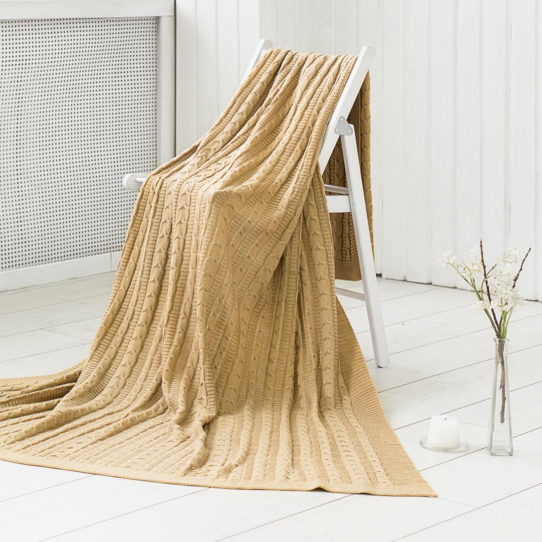 Вязаные изделия способны растягиваться во всех направлениях, при этом с лёгкостью принимая изначальную форму. Вязаный плед можно использовать как покрывало на кровать (диван) или же как накидку на кресло. Также в вязаное покрывало можно закутаться прохладным вечером, ведь подобные изделия мягкие и приятные на ощупь. Покупая одно изделие, вы получаете декоративное покрывало, стильную накидку и уютный плед одновременно.