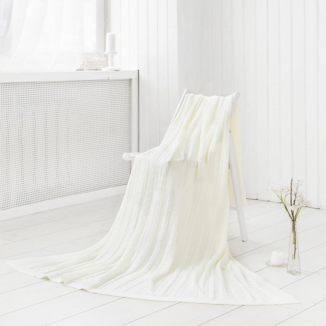 Вязаные изделия способны растягиваться во всех направлениях, при этом с лёгкостью принимая изначальную форму. Вязанные изделия могут быть выполнены из различных материалов: шерсти, бамбука, хлопка и даже синтетики. Вязаные пледы и покрывала могут иметь различные узоры и способы вязания. Вязаный плед можно использовать, как покрывало на кровать (диван) или же как накидку на кресло. Также в вязаное покрывало можно закутаться прохладным вечером, ведь вязаные изделия мягкие и приятные на ощупь. Покупая одно изделие Вы получаете декоративное покрывало, стильную накидку и уютный плед одновременно.
