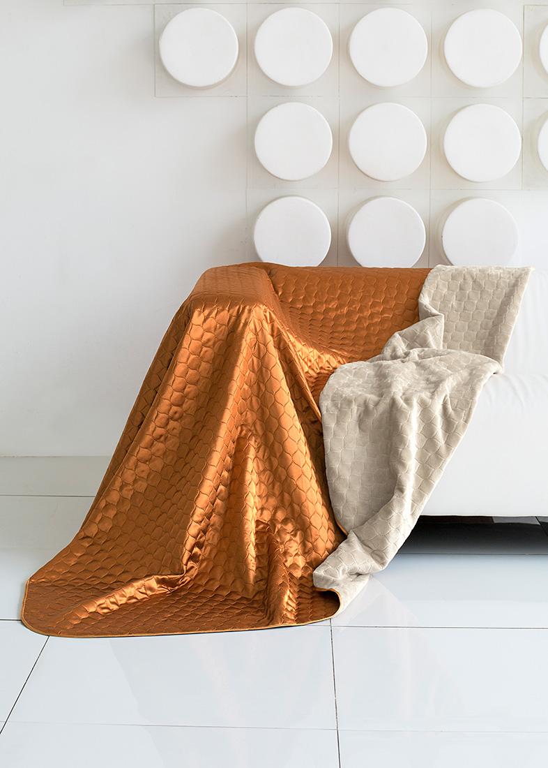 Покрывало Sleep IX, цвет: бежевый, оранжевый, 180 х 220 см. pva251822pva251822Покрывало двухстороннее, изготовлено способом ультрастеп (термостёжка).Материл верха: Искусственный Шелк (SilkSatin) Материал низа: Искусственный мех (SilkenFur) (короткий, однотонный)Плед (покрывало) из искусственного меха непременно станет ярким акцентом в интерьере. С его помощью можно красиво и уютно оформить кровать, диван или кресло. Пледы (покрывала) из искусственного меха разнообразны по фактуре и цветовой гамме, они имитируют мех различных животных, имеют мягкую, приятную на ощупь подкладку под замшу. Пледы (покрывала) смотрятся богато и изысканно, способны создать атмосферу спокойствия и уюта, как в загородном доме, так и в городской квартире. За пледом (покрывалом) из искусственного меха проще ухаживать, чем натуральным. Плед (покрывало) из натурального меха стоит намного дороже, ведь они экологичны. Покрывало из атласного шелка – это потрясающий внешний вид, яркий блеск, невыцветающие рисунки. Конечно, атласный шелк нельзя сравнивать с натуральным шелком по долговечности и полезным для здоровья свойствам, но смотрится так же ярко и нарядно. Ухаживать за покрывалом из декоративного шелка достаточно просто: он не выгорает на солнце, быстро сохнет и совсем не мнется. Как любая синтетическая ткань, атласный шелк накапливает статическое электричество, плохо пропускает воздух и отводит влагу. Но все недостатки скрашиваются его поистине королевским внешним видом.Кант на пледах и покрывалах имеет не только практическое значение, но может быть и красивым декором. Обычный кант выполняется из вискозы или атласа, он почти незаметный и служит для сохранения формы изделия. Декоративный кант обычно довольно широкий, выполнен из контрастной ткани или из ткани в тон. Зачастую декоративный кант украшен вышивкой, стразами или кружевом.Стежка на покрывалах и пледах позволяет не только зафиксировать наполнитель и подкладку, но также она может стать дополнительным украшением изделия. Стежки бывают н