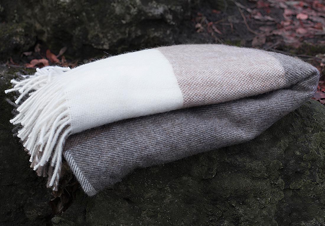Плед William Roberts Isotta N 1, цвет: белый, светло-серый, серый, 140 х 200 смwlr253462Пледы и покрывала из шерстяного жаккарда выглядят изумительно и обладают эффектным рисунком. Шерстяной жаккард сочетает в себе все декоративные свойства жаккарда и полезные свойства шерсти: сохранять тепло, но при этом дышать. В жаккард из шерсти часто добавляют акрил (полиакрил), его еще называют искусственной шерстью, т.к. его свойства и внешний вид очень схожи с натуральной шерстью. Синтетика в составе шерстяных пледов и покрывал увеличивает их износостойкость, также упрощает уход за ними.Бахрома, является одним из самых распространенных элементом декоративной отделки. Бахрома может быть украшена кистями, помпонами, стразами, рюшами и т.п. или же не иметь дополнительного декора вовсе.
