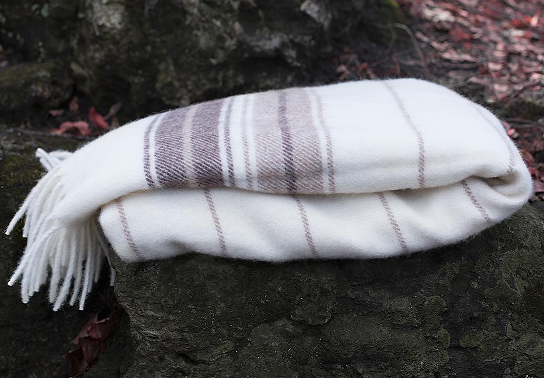 Плед William Roberts Ernesto N 1, цвет: светло-серый, 140 х 200 смwlr260523Пледы и покрывала из шерстяного жаккарда выглядят изумительно и обладают эффектным рисунком. Шерстяной жаккард сочетает в себе все декоративные свойства жаккарда и полезные свойства шерсти: сохранять тепло, но при этом дышать. В жаккард из шерсти часто добавляют акрил (полиакрил), его еще называют искусственной шерстью, т.к. его свойства и внешний вид очень схожи с натуральной шерстью. Синтетика в составе шерстяных пледов и покрывал увеличивает их износостойкость, также упрощает уход за ними.Бахрома, является одним из самых распространенных элементом декоративной отделки. Бахрома может быть украшена кистями, помпонами, стразами, рюшами и т.п. или же не иметь дополнительного декора вовсе.
