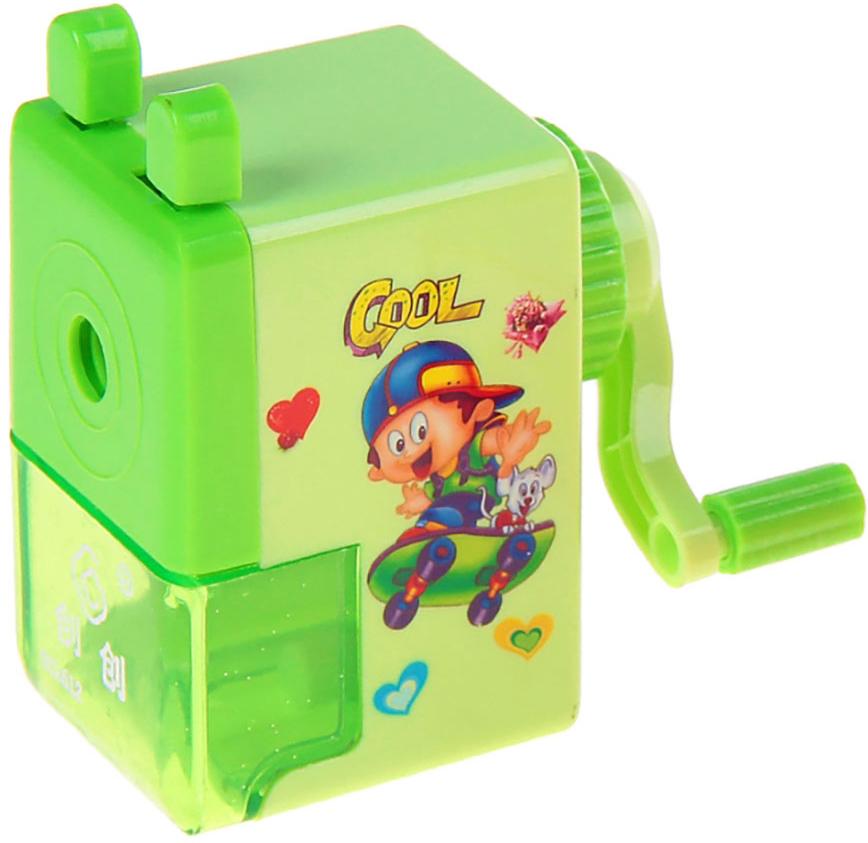Точилка механическая с контейнером Классика с рисунком цвет зеленый 540490540490_зеленыйТочилка — это приспособление, облегчающее затачивание карандашей. В зависимости от особенностей конструкции, она может быть ручной (небольшой размер, помещается в кармане) или настольной (более крупный размер) и подходить для обычных или толстых карандашей. Точилка — необходимый инструмент на любом школьном или офисном столе. Это канцелярское изделие придет на помощь как взрослому, так и ребенку в самый нужный момент.