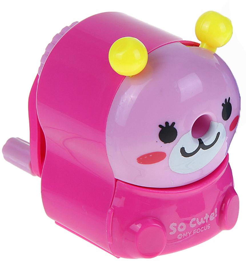 Точилка механическая с контейнером Мишка цвет розовый 10975271097527_розовыйТочилка — это приспособление, облегчающее затачивание карандашей. В зависимости от особенностей конструкции, она может быть ручной (небольшой размер, помещается в кармане) или настольной (более крупный размер) и подходить для обычных или толстых карандашей. Точилка — необходимый инструмент на любом школьном или офисном столе. Это канцелярское изделие придет на помощь как взрослому, так и ребенку в самый нужный момент.