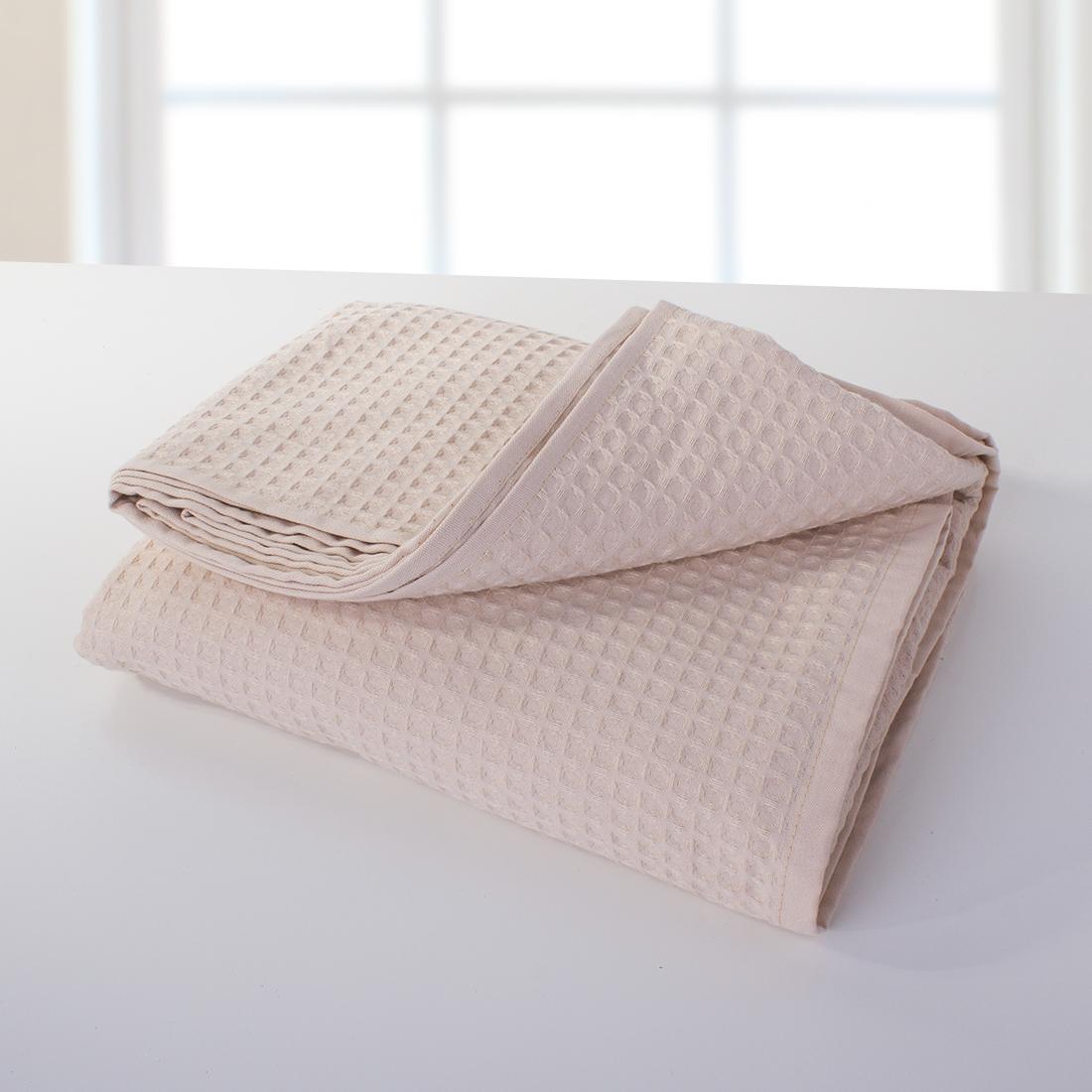 """Полотенце для бани Dome """"Ribbed"""" - сделано из пике, довольно неприхотливой добротной ткани. В ее составе только экологически чистые материалы. Пике замечательно впитывает жидкости и является достойным аналогом изделий из махры для ванной комнаты и кухни. Отличительная особенность пике - это особое переплетение волокон, в результате которого получается 3D узор. Такой вид плетения придает ткани особую мягкость и легкость. Полотенце для бани Dome """"Ribbed"""" не занимает много места, легко стирается и очень быстро сохнет."""