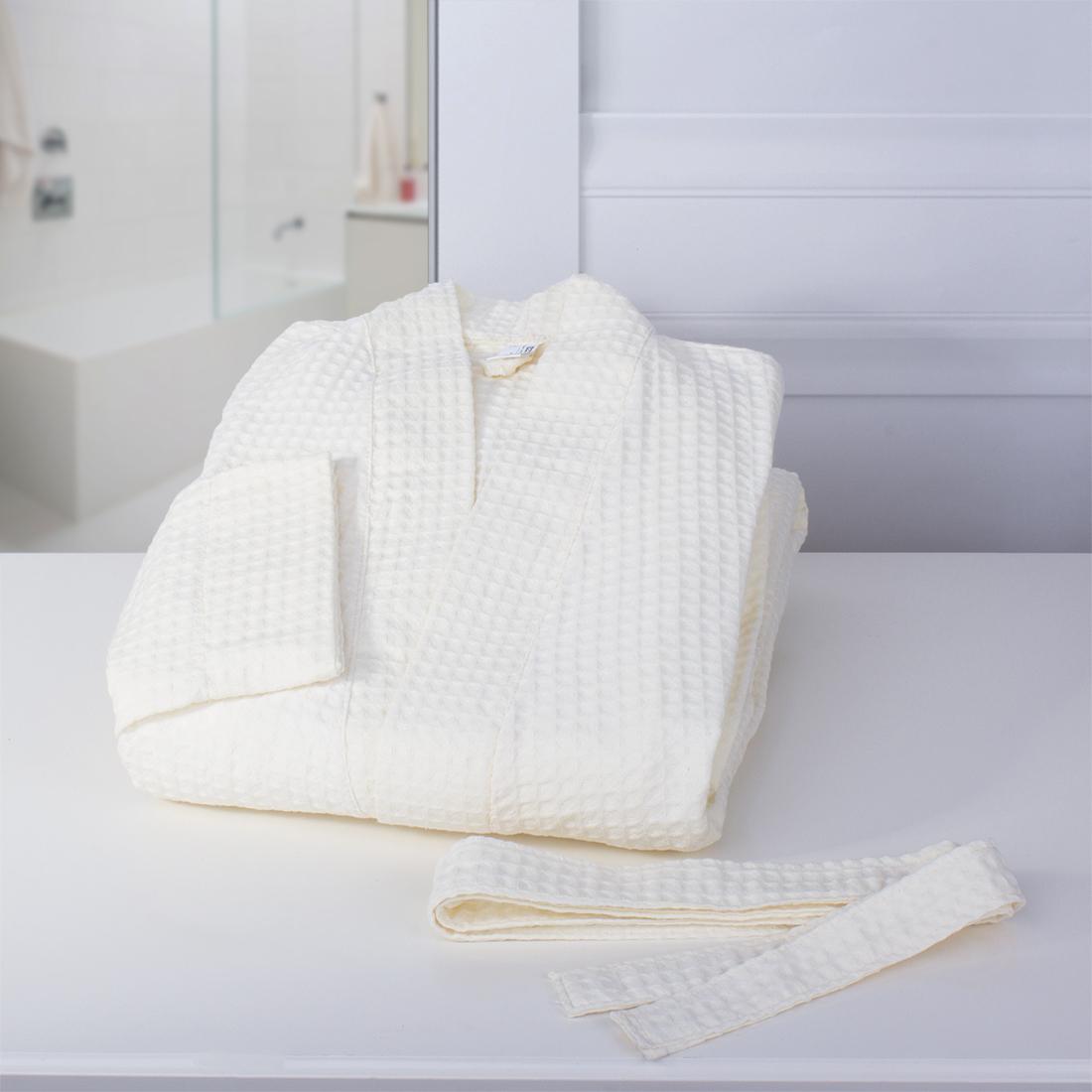 Халат-кимоно Dome Ribbed, цвет: молочный. Размер Mdme333613Пике довольно неприхотливая добротная ткань. В ее составе только экологически чистые материалы. Пике замечательно впитывает жидкости и является достойным аналогом изделий из махры для ванной комнаты и кухни. Отличительная особенность Пике Dome - это особое переплетение волокон, в результате которого получается 3D узор. Такой вид плетения придает ткани особую мягкость и легкость. Готовые изделия не занимают много места, легко стираются и очень быстро сохнут. Изделия из Пике от бренда Dome - это качественные современные вещи по доступным ценам.
