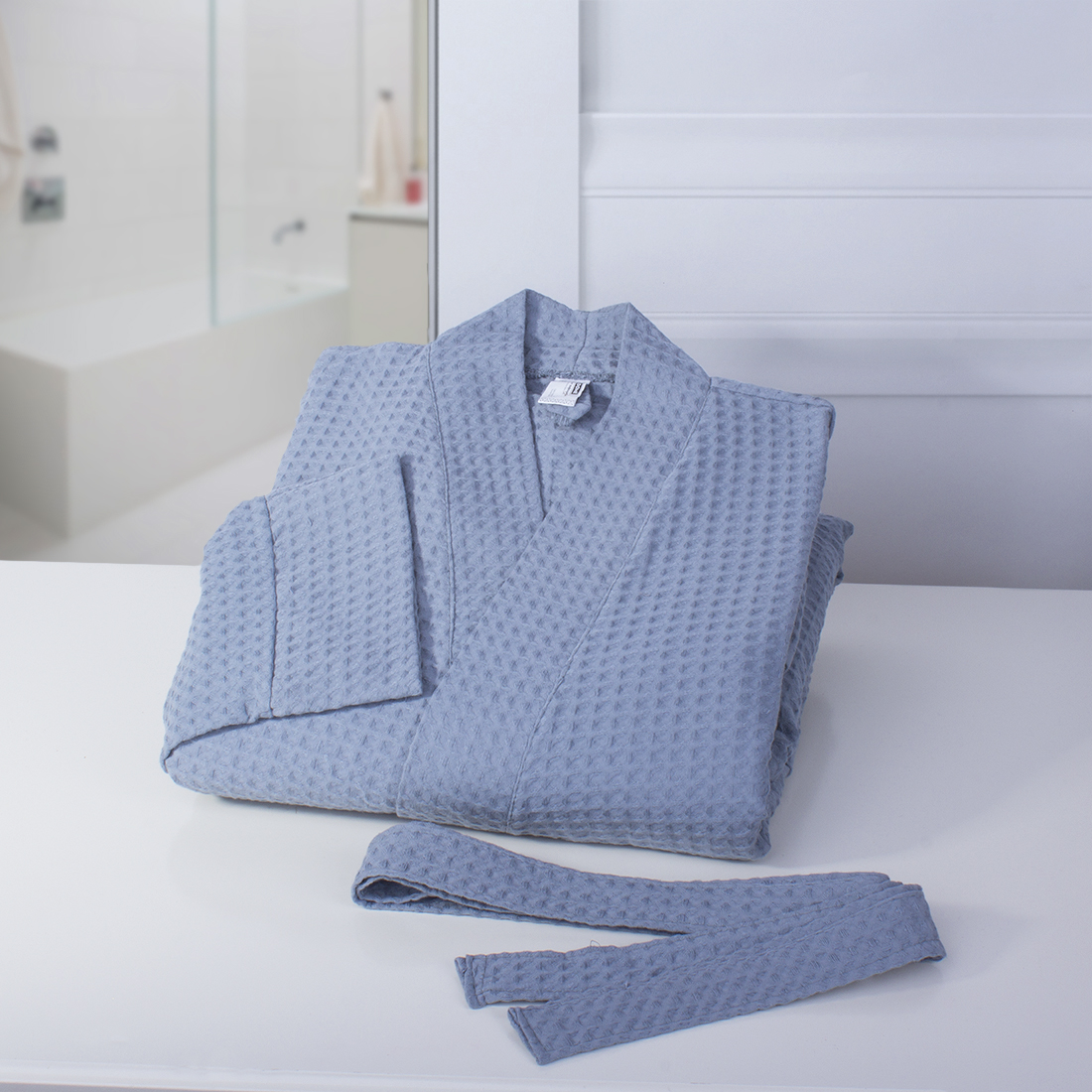 Халат-кимоно Dome Ribbed, цвет: серо-голубой. Размер Ldme333621Пике довольно неприхотливая добротная ткань. В ее составе только экологически чистые материалы. Пике замечательно впитывает жидкости и является достойным аналогом изделий из махры для ванной комнаты и кухни. Отличительная особенность Пике Dome - это особое переплетение волокон, в результате которого получается 3D узор. Такой вид плетения придает ткани особую мягкость и легкость. Готовые изделия не занимают много места, легко стираются и очень быстро сохнут. Изделия из Пике от бренда Dome - это качественные современные вещи по доступным ценам.