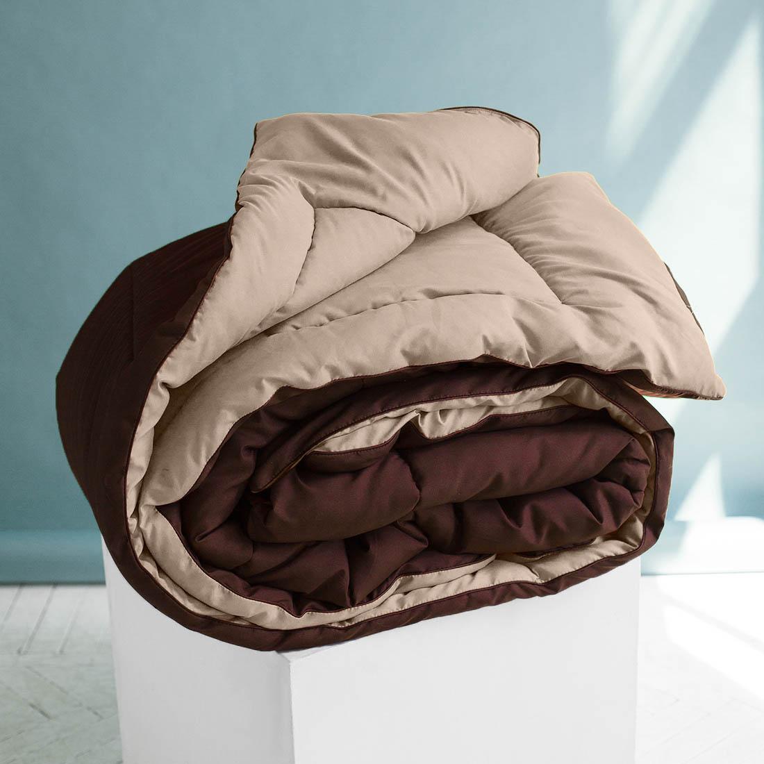 Одеяло Sleep iX, наполнитель: силиконизированное волокно, цвет: бежевый, коричневый, 155 х 215 см. pva319981pva319981Одеяло «Sleep iX» изготовлено из силиконизированного волокна, полученного из тонких волокон полиэфира, обработанных силиконом. Наполнитель отлично держит форму, не сбиваясь в комки. На ощупь он похож на пух, поэтому производители часто называют его искусственным пухом. Такое одеяло подойдёт людям, страдающим аллергией, так как не впитывает запахи и отталкивает пыль. Кроме того, особая технология производства позволяет не использовать пододеяльник.Материал чехла MicroSkin - это гладкая и шелковистая ткань с легким блеском, по своему виду не уступающая натуральному хлопку. Кант делают из атласа или вискозы, он помогает изделию держать форму в течение многих лет. Кант есть на многих объемных изделиях из текстиля, иногда его могут дополнительно прострочить по периметру или сделать широким.Такое одеяло очень хорошо сохраняет тепло, приятно на ощупь, прочно и устойчиво к стирке.