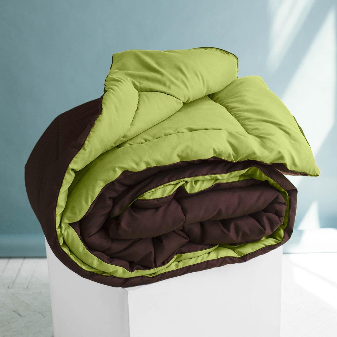 Одеяло Sleep iX, наполнитель: силиконизированное волокно, цвет: светло-зеленый, коричневый, 200 х 220 см. pva319993pva319993Одеяло «Sleep iX» изготовлено из силиконизированного волокна, полученного из тонких волокон полиэфира, обработанных силиконом. Наполнитель отлично держит форму, не сбиваясь в комки. На ощупь он похож на пух, поэтому производители часто называют его искусственным пухом. Такое одеяло подойдёт людям, страдающим аллергией, так как не впитывает запахи и отталкивает пыль. Кроме того, особая технология производства позволяет не использовать пододеяльник.Материал чехла MicroSkin - это гладкая и шелковистая ткань с легким блеском, по своему виду не уступающая натуральному хлопку. Кант делают из атласа или вискозы, он помогает изделию держать форму в течение многих лет. Кант есть на многих объемных изделиях из текстиля, иногда его могут дополнительно прострочить по периметру или сделать широким.Такое одеяло очень хорошо сохраняет тепло, приятно на ощупь, прочно и устойчиво к стирке.