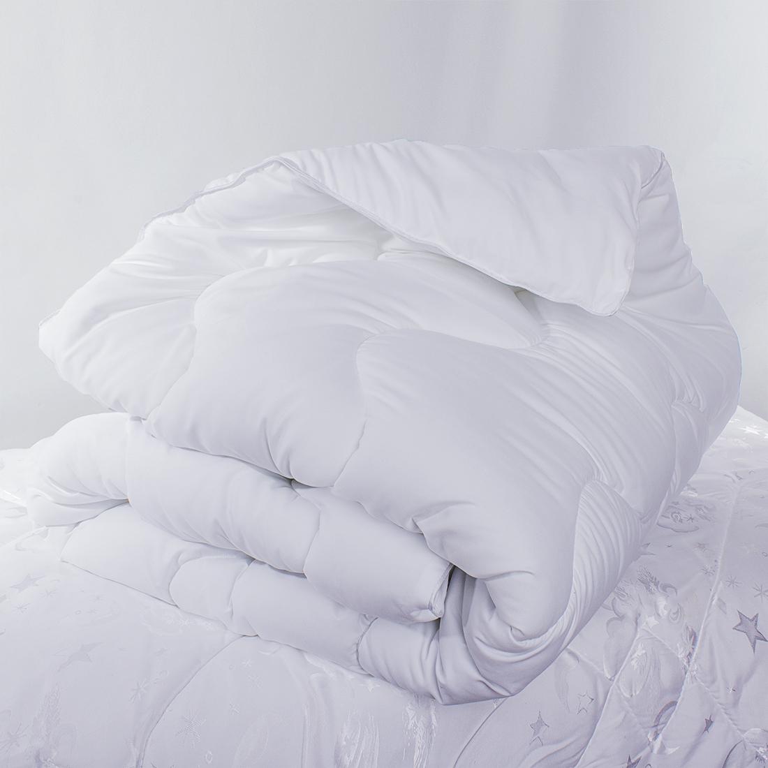 Одеяло «Sleep iX» изготовлено из силиконизированного волокна, полученного из тонких волокон полиэфира, обработанных силиконом. Наполнитель AirFluff толщиной всего 3 денье, потому очень податливый: в подушках упругий, а в одеялах - воздушный и легкий. Уникальная стежка AirFlex продлевает срок службы изделия, поддерживая наполнитель изнутри, а также придает одеялу необычайную пышность, благодаря чему тепло удерживается гораздо лучше, чем в стеганых одеялах или прошитых на многоигольной машине.Материал чехла MicroSkin - это гладкая и шелковистая ткань с легким блеском, по своему виду не уступающая натуральному хлопку. Кант делают из атласа или вискозы, он помогает изделию держать форму в течение многих лет. Кант есть на многих объемных изделиях из текстиля, иногда его могут дополнительно прострочить по периметру или сделать широким.Такое одеяло очень хорошо сохраняет тепло, приятно на ощупь, прочно и устойчиво к стирке.