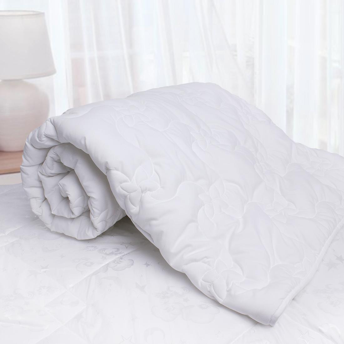 Одеяло Sleep iX, наполнитель: силиконизированное волокно, цвет: белый, 140 х 205 см. pva320048pva320048Материал чехла MicroSkin - это гладкая и шелковистая ткань с легким блеском, по своему виду не уступает натуральному хлопку. Хорошо сохраняет тепло, очень приятна на ощупь, прочна и устойчива к стирке.SilkDown - это наполнитель из тонкого силиконизированного волокна, по своим свойствам максимально приближенный к натуральному шелку. Этот наполнитель придает одеялу необычайную легкость и нежность, даря ощущение мягкого прикосновения лепестков роз.Кант делают из атласа или вискозы, он помогает изделию держать форму в течение многих лет. Кантик есть на многих объемных изделиях из текстиля, иногда его могут дополнительно прострочить по периметру или сделать широким.