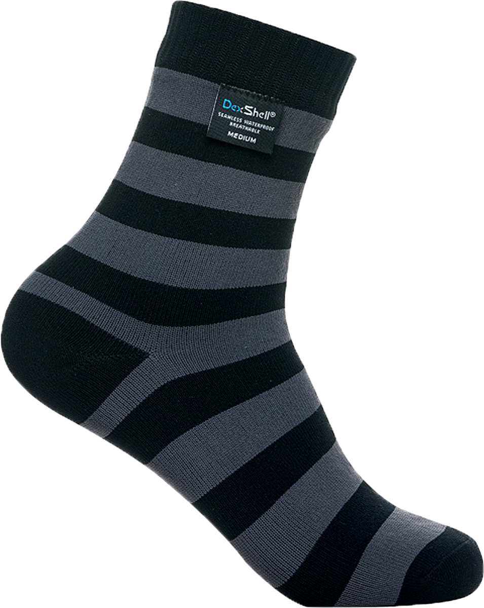 Носки водонепроницаемые DexShell Ultralite Bamboo, цвет: черный, серый. DS643. Размер M (39/42)DS643_Ultralite BambooВодонепроницаемые носки DexShell Ultralite Bamboo Sock - разработаны для повседневного использования в условиях холодной влажной погоды, когда необходимо сохранить ноги в сухости.С появлением носков DexShell Ultralite Bamboo Sock, компания DexShell представила на рынке новое поколение водонепроницаемых носков. Их могут носить не только спортсмены, рыбаки или охотники, но и каждый, кому необходимо сохранить ноги сухими в условиях холода и сырости. Эта модель носков предназначена для ежедневного использования, что накладывает на них определенные особенности. DexShell Ultralite Bamboo Sock очень прочные и рассчитаны на длительную носку, а также многократную стирку. В то же время, эти носки обеспечивают максимальный уровень комфорта. Для достижения такого результата, производители объединили традиционную технологию с использованием новых материалов. Носки Dexshell Ultralite Bamboo состоят из трех слоев: - внешний слой, состоящий из нейлона и эластана, делает носки устойчивыми к повреждениям, плотными и комфортно прилегающими к ноге; - промежуточный и главный функциональный слой - мембрана Porelle, которая производится в Англии. Именно она делает носки DexShell водонепроницаемыми, и главное - отвечает за эффективное потоотведение. Работает эластичная и прочная мембрана Porelle благодаря разнице температур внутри и снаружи носка, именно поэтому не рекомендуется надевать носки Dexshell Wading Green поверх обычных; - внутренний слой состоит из нейлона и бамбукового волокна. Этот мягкий, похожий на хлопок материал, отлично подходит для носков ежедневного использования. Непромокаемые носки плотно прилегают и не сдавливая стопу, а плоские швы обеспечивают гарантию того, что изделие не будет натирать ногу при ходьбе, что очень важно во время походов и активного отдыха: охоты, рыбалки, езды на мотоцикле и велосипеде, и занятий спортом. C водонепроницаемыми носками