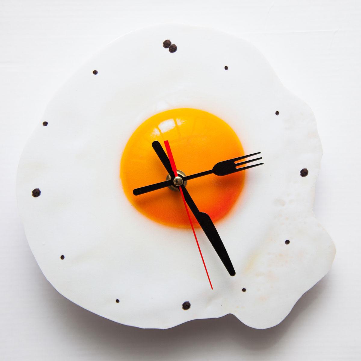 Часы настенные Magellanno Яичница, кварцевые, цвет: белый, 21 х 21 смWC002RGBОтличное дополнение в интерьер кухни, а может быть и комнаты. Свежий взгляд на время ихорошее настроение каждое утро – обеспечены! Настенные часы пластиковые, механизмкварцевый, батарейка в комплект не входит. Рисунок: печатный рисунок Тип индикации: точки Габариты предмета (см): ширина: 21 см; глубина: 2.5 см; высота: 21 см Размещение часов: настенные Форма часов: произвольная Механизм часов: кварцевые Материал стекла: нет Доп. опции интерьерных часов: дискретный ход