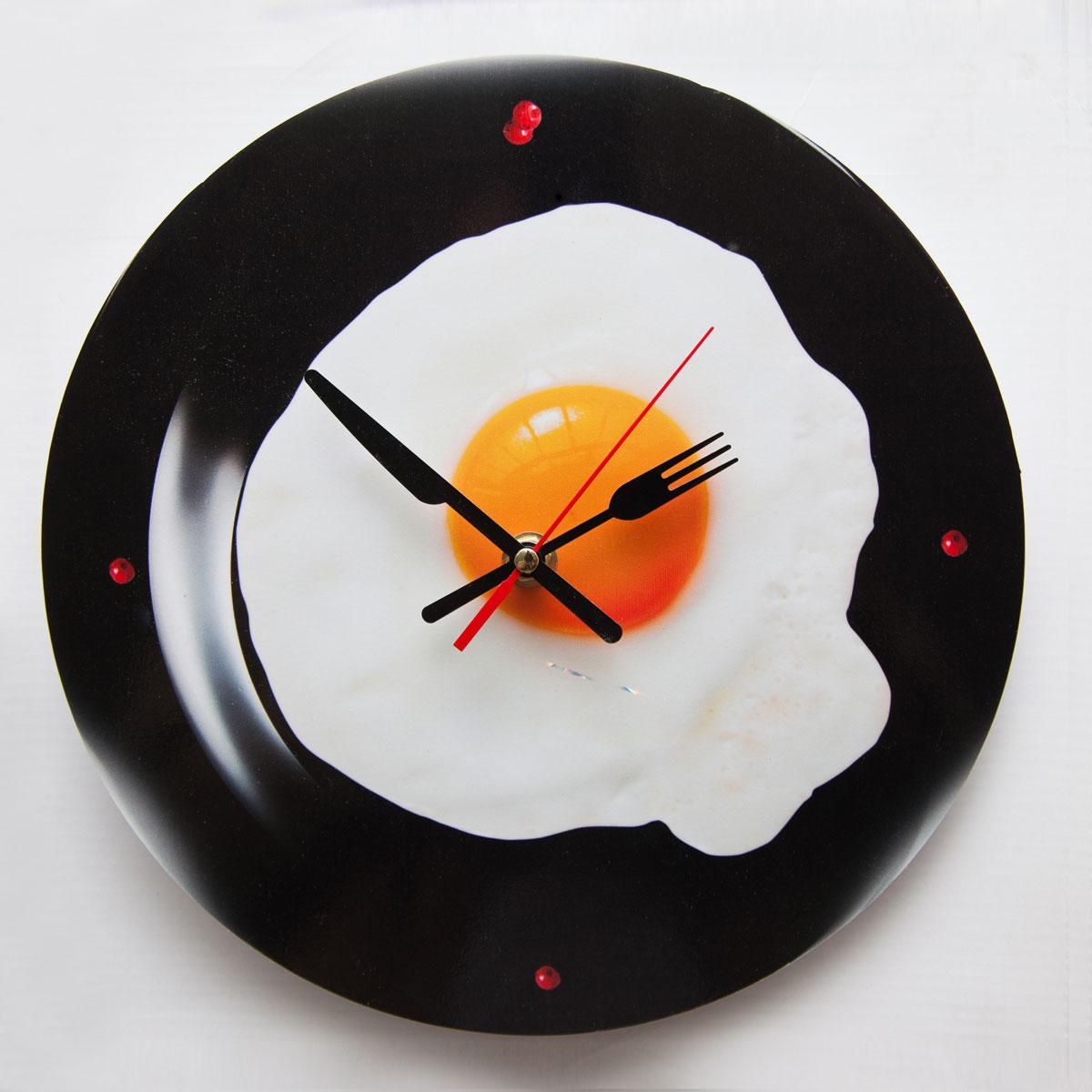 Часы настенные Magellanno Тарелка с глазуньей, кварцевые, цвет: черный, 32 х 32 смWC004RGBАппетитная яичница – глазунья на тарелке это отличное дополнение в интерьер кухни, аможет быть и комнаты. Свежий взгляд на время и хорошее настроение каждое утро –обеспечены! Настенные часы пластиковые, механизм кварцевый, батарейка в комплект невходит. Рисунок: печатный рисунок Тип индикации: точки Габариты предмета (см): ширина: 32 см; глубина: 2.5 см; высота: 32 см Размещение часов: настенные Форма часов: круглые Механизм часов: кварцевые Материал стекла: нет Доп. опции интерьерных часов: дискретный ход
