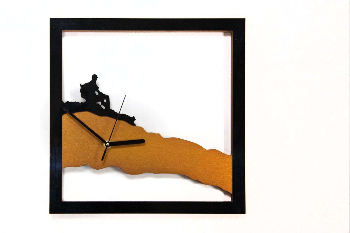 Интерьерные часы в эко-стиле станут отличным подарком искателю приключений или украсят вашу комнату, подчеркнув индивидуальность. Настенные часы из натурального дерева тонировкой в естественный цвет, механизм кварцевый, батарейка в комплект не входит.