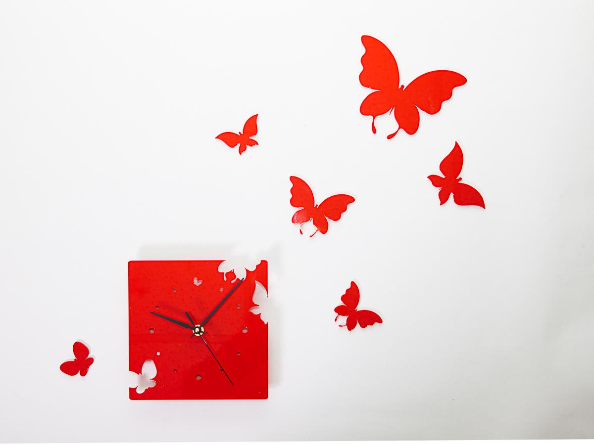 """Интерьерные часы в эко-стиле с порхающими по стене красными бабочками добавят комнате изысканного стиля и романтичности. Пластиковые элементы """"бабочки"""" укомплектованы двусторонним скотчем и легко размещаются на стене согласно вашему желанию, механизм кварцевый, батарейка в комплект не входит."""