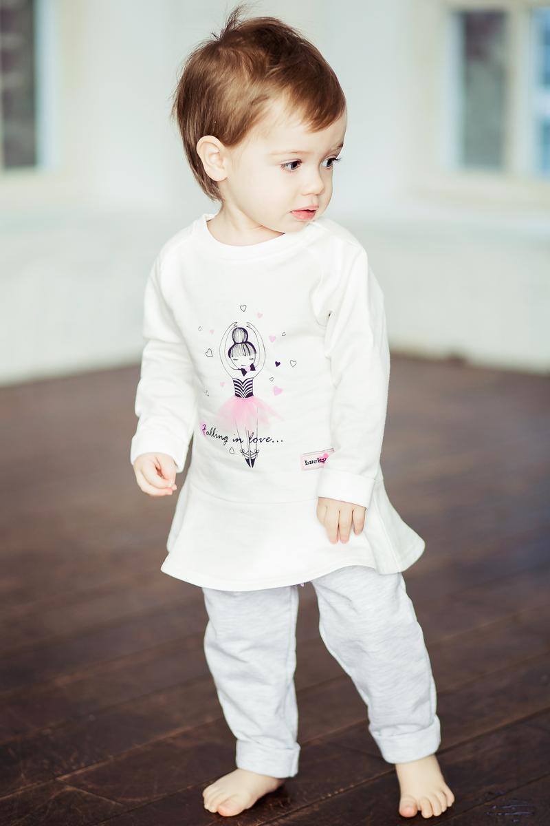 Платье для девочки Lucky Child, цвет: молочный. 54-63ф. Размер 86/9254-63фПлатье-туника с рисунком беззаботной маленькой балерины и трогательной юбочкой даже самый холодный день наполнит ощущением весеннего тепла и праздника. Платье изготовлено из мягкого тёплого футера – такого приятного для нежной детской кожи. Для принтов использована гипоаллергенная краска на водной основе, а это особенно важно для самых маленьких девочек.