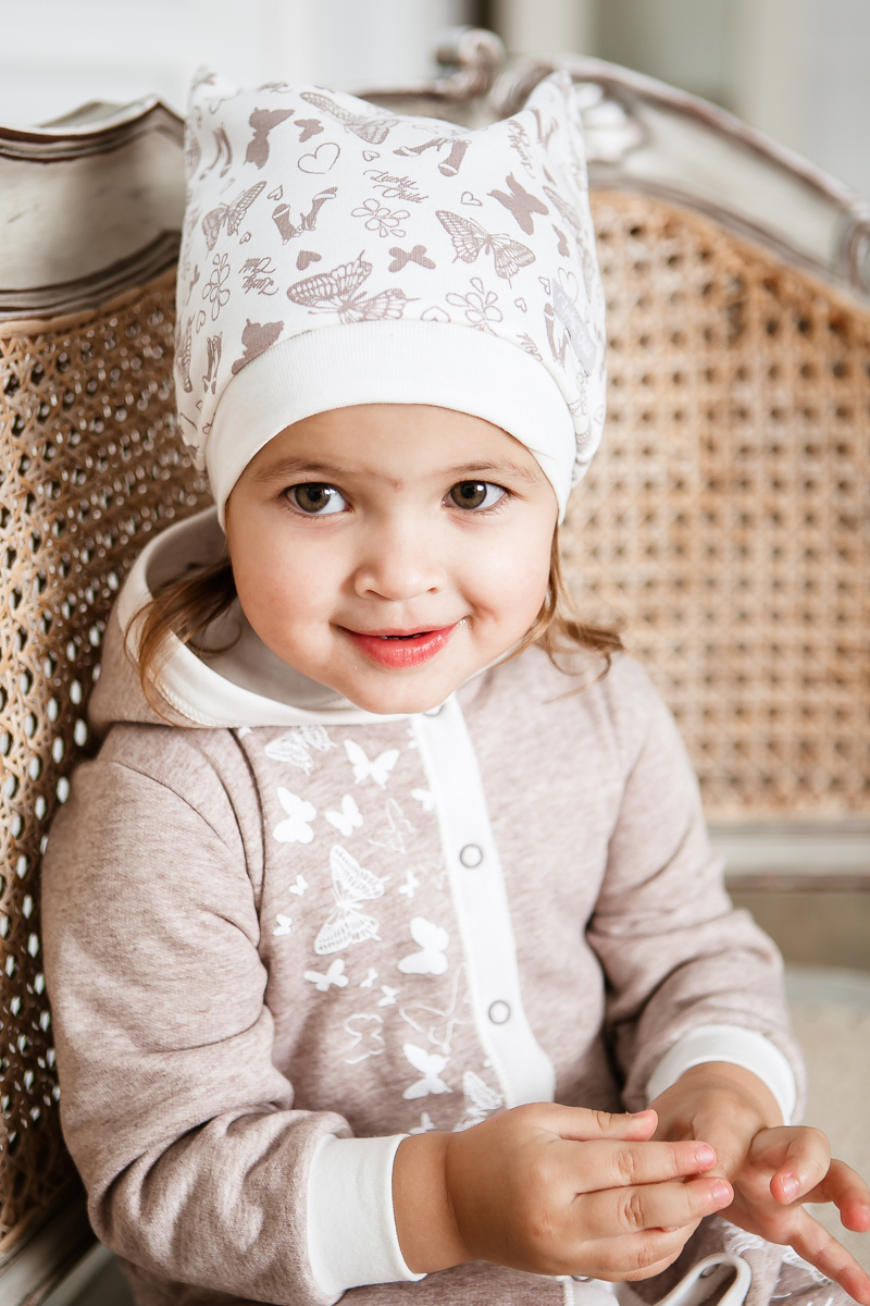 Шапка для девочки Lucky Child Дюймовочка, цвет: бежевый, молочный. 37-9ф/цв. Размер 4237-9ф/цвМягкая тёплая шапочка из футера коллекции Дюймовочка выполнена в спокойной цветовой гамме, что делает её универсальным дополнением любого наряда. В такой шапочке не страшны никакие сквозняки, а в забавные ушки традиционно влюбляются все малыши.