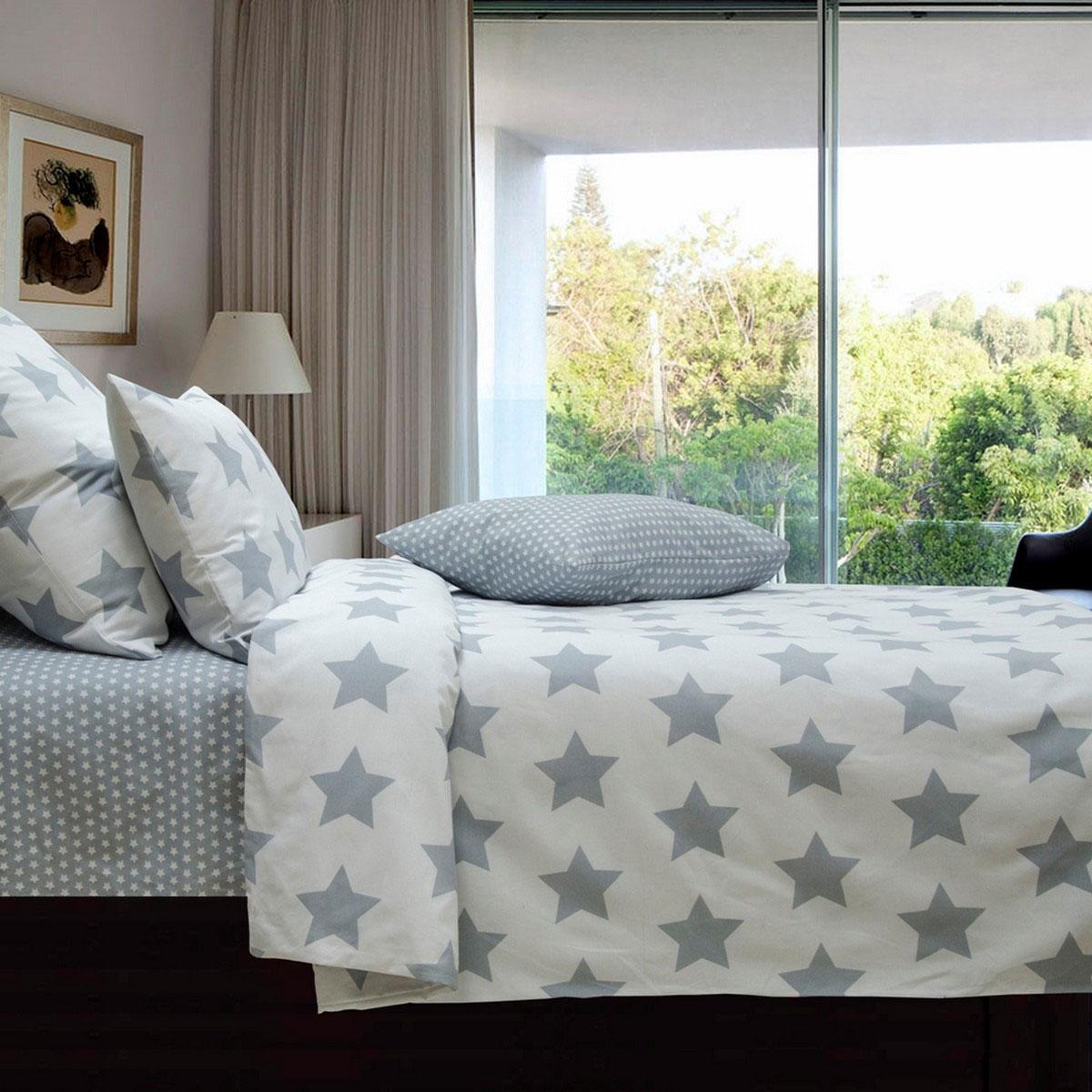 """Комплект постельного белья Коллекция """"Звезды"""" выполнен из  бязи (100% натурального хлопка). Комплект состоит из  пододеяльника, простыни и двух наволочек. Постельное белье оформлено  принтом в виде звезд. Хорошая, качественная бязь всегда ценилась любителями  спокойного и комфортного сна. Гладкая структура делает ткань  приятной на ощупь, мягкой и нежной, при этом она прочная и  хорошо сохраняет форму. Благодаря такому комплекту  постельного белья вы сможете создать атмосферу роскоши и  романтики в вашей спальне."""